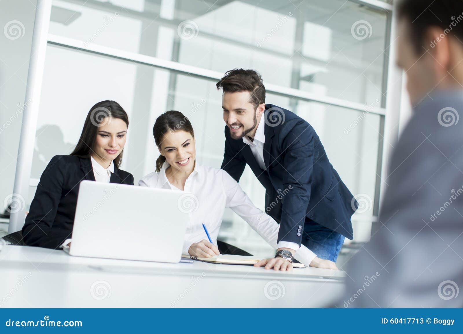 工作在办公室的青年人