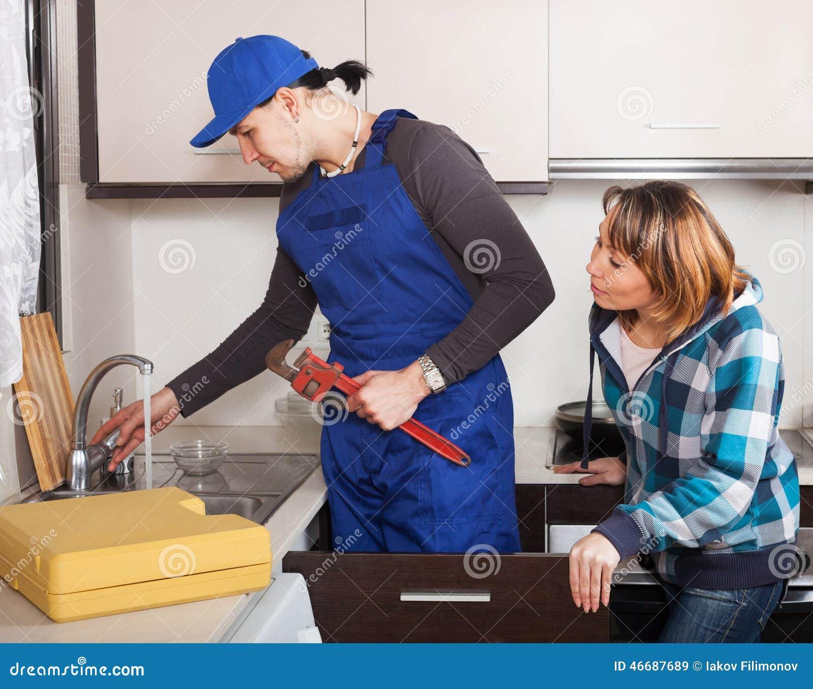 工作在厨房的普通的安装工