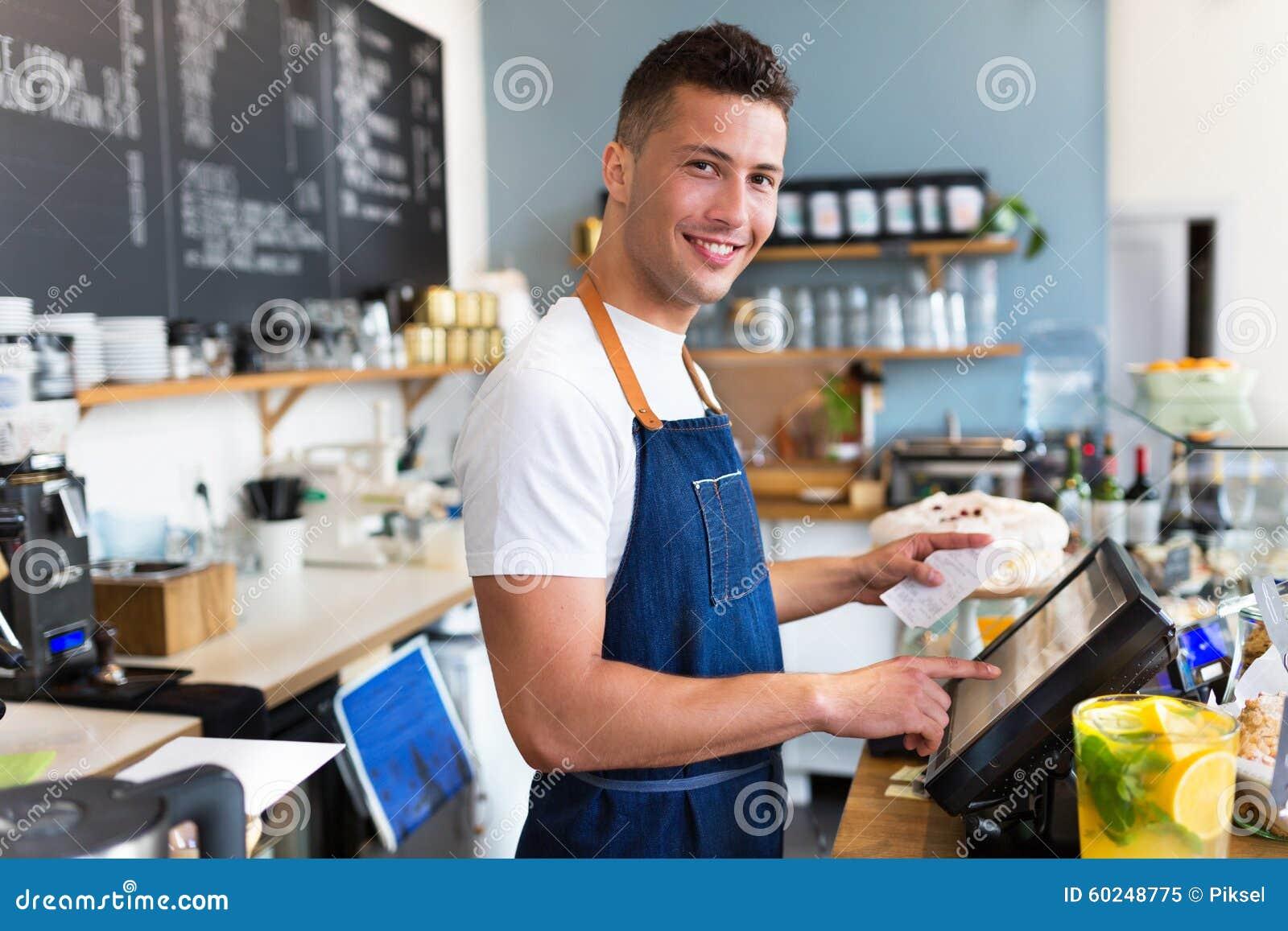 工作在咖啡店的人