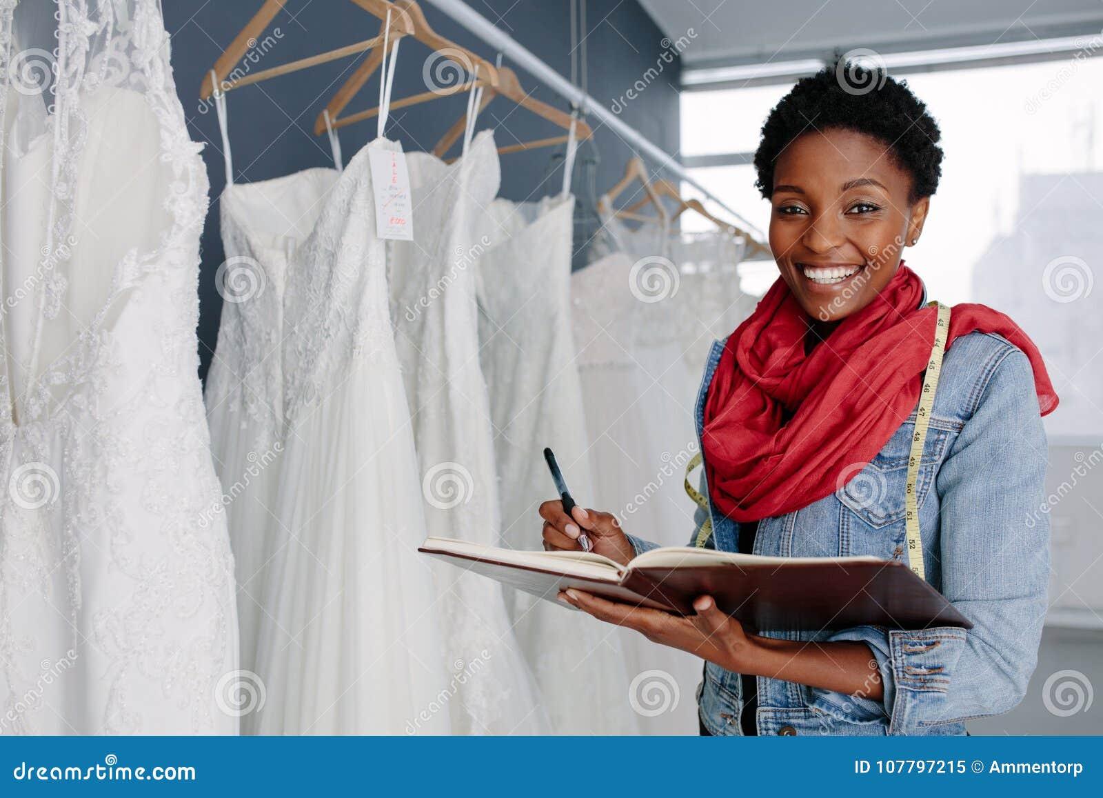 工作在她的精品店的婚礼礼服设计师