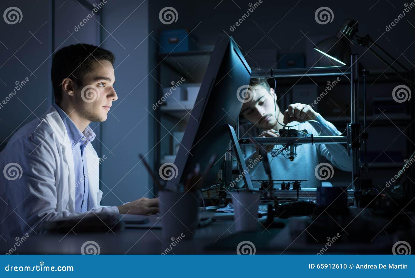 工作在实验室里的工程学队