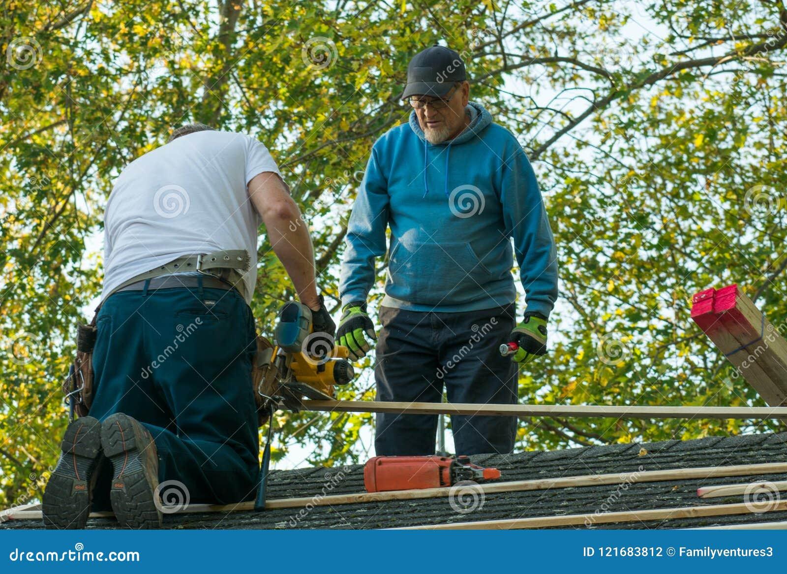 工作在屋顶的两个人