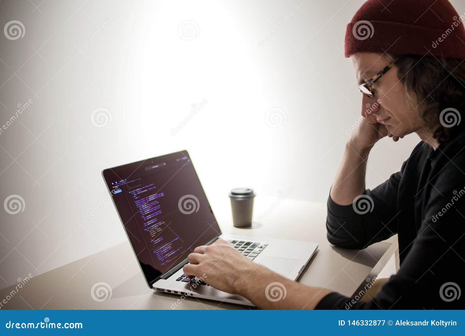 工作在开发环境里的程序员和编码人 程序员的工作场所