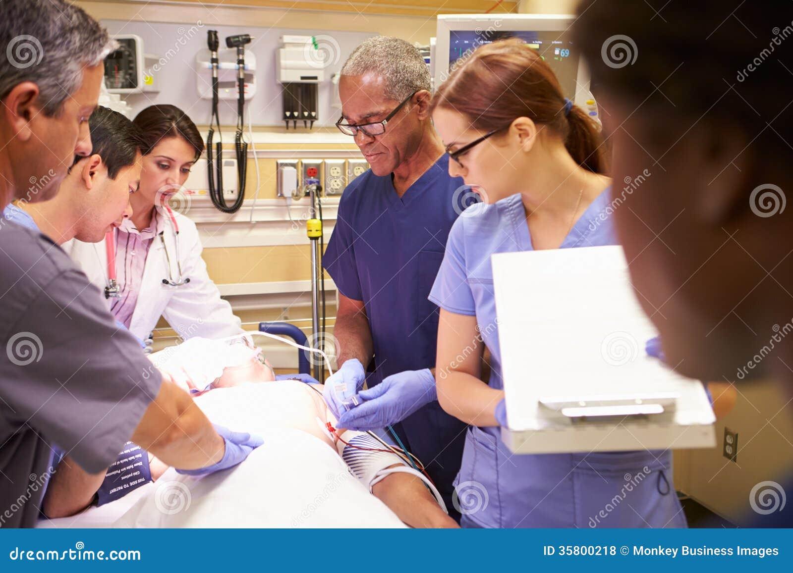 工作在患者的医疗队在急诊室