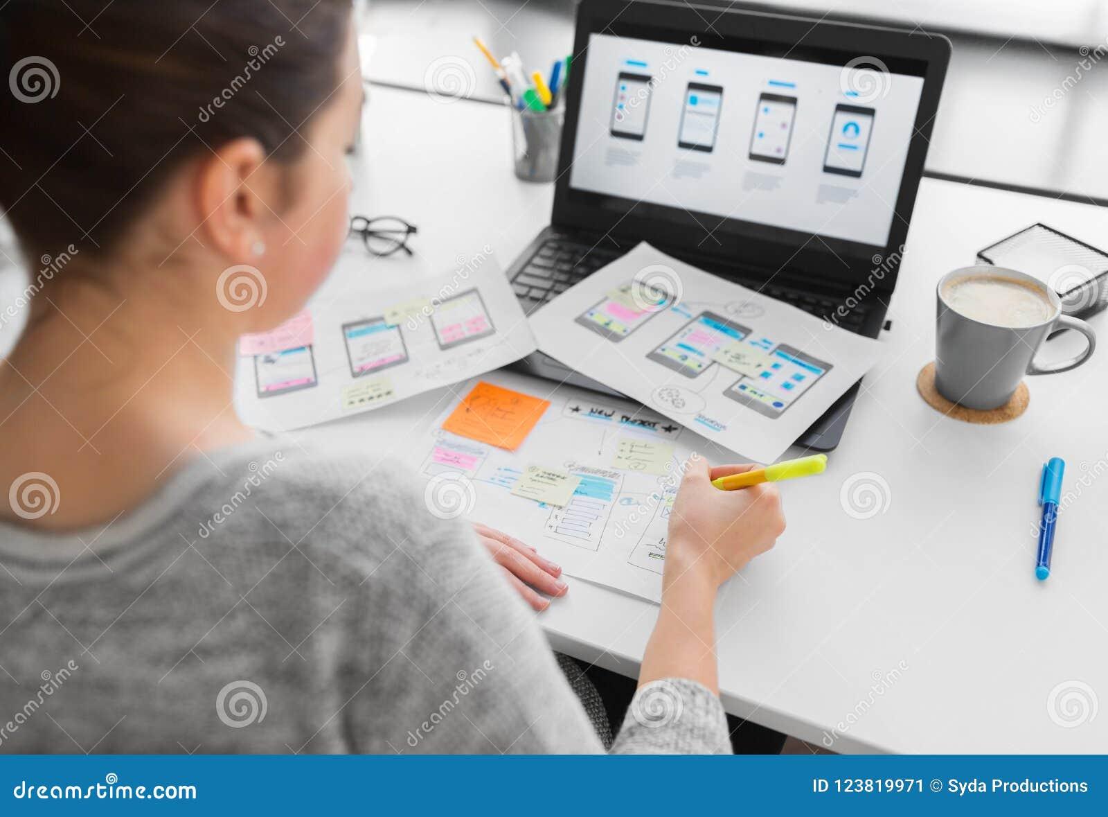 工作在用户界面的网设计师在办公室