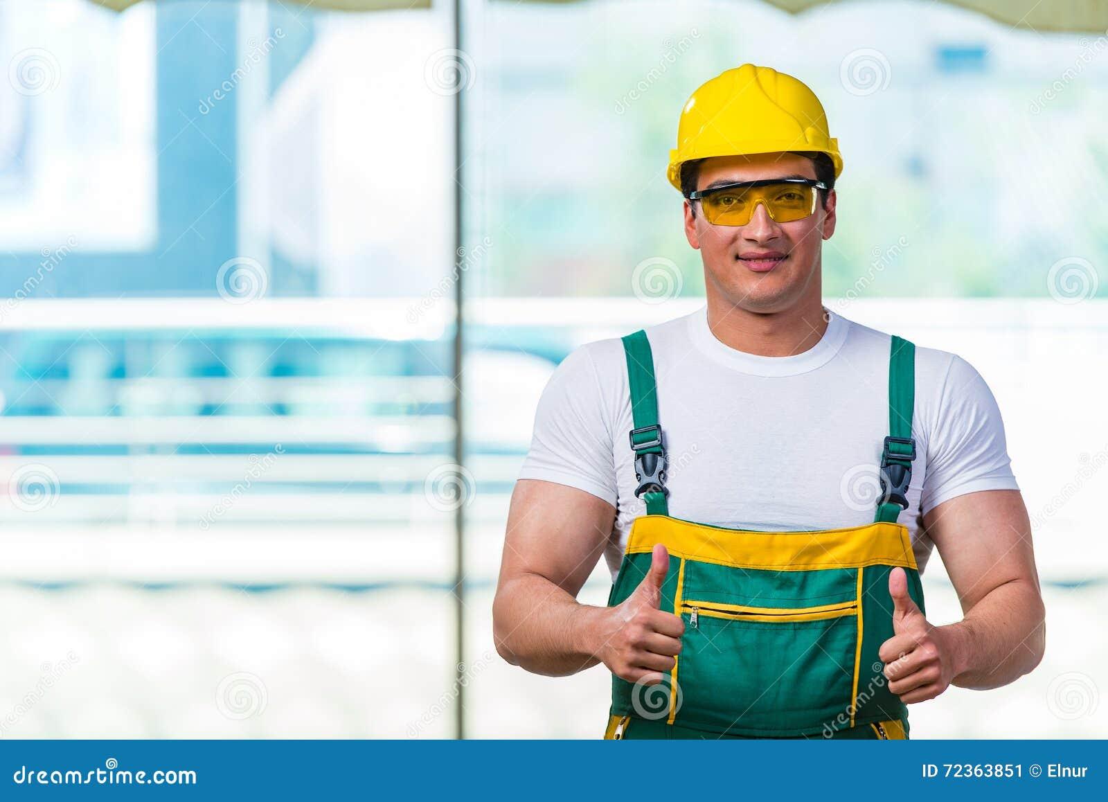 工作在站点的年轻建筑工人