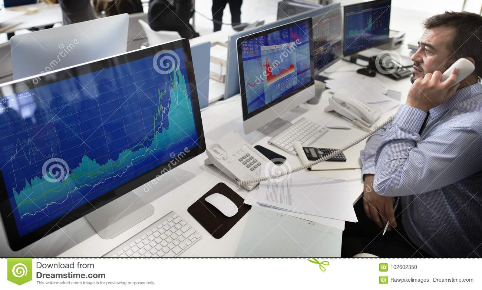 工作在网上证券交易所队的商人