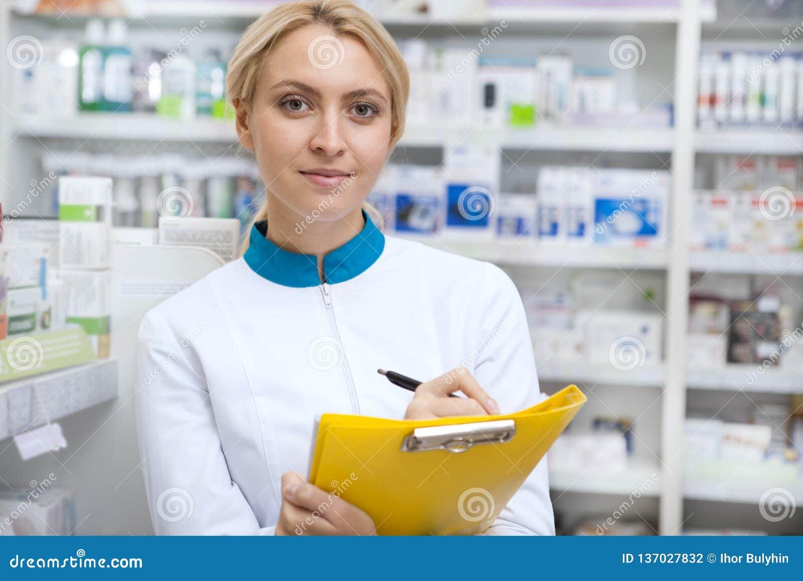 工作在药房的快乐的女性药剂师