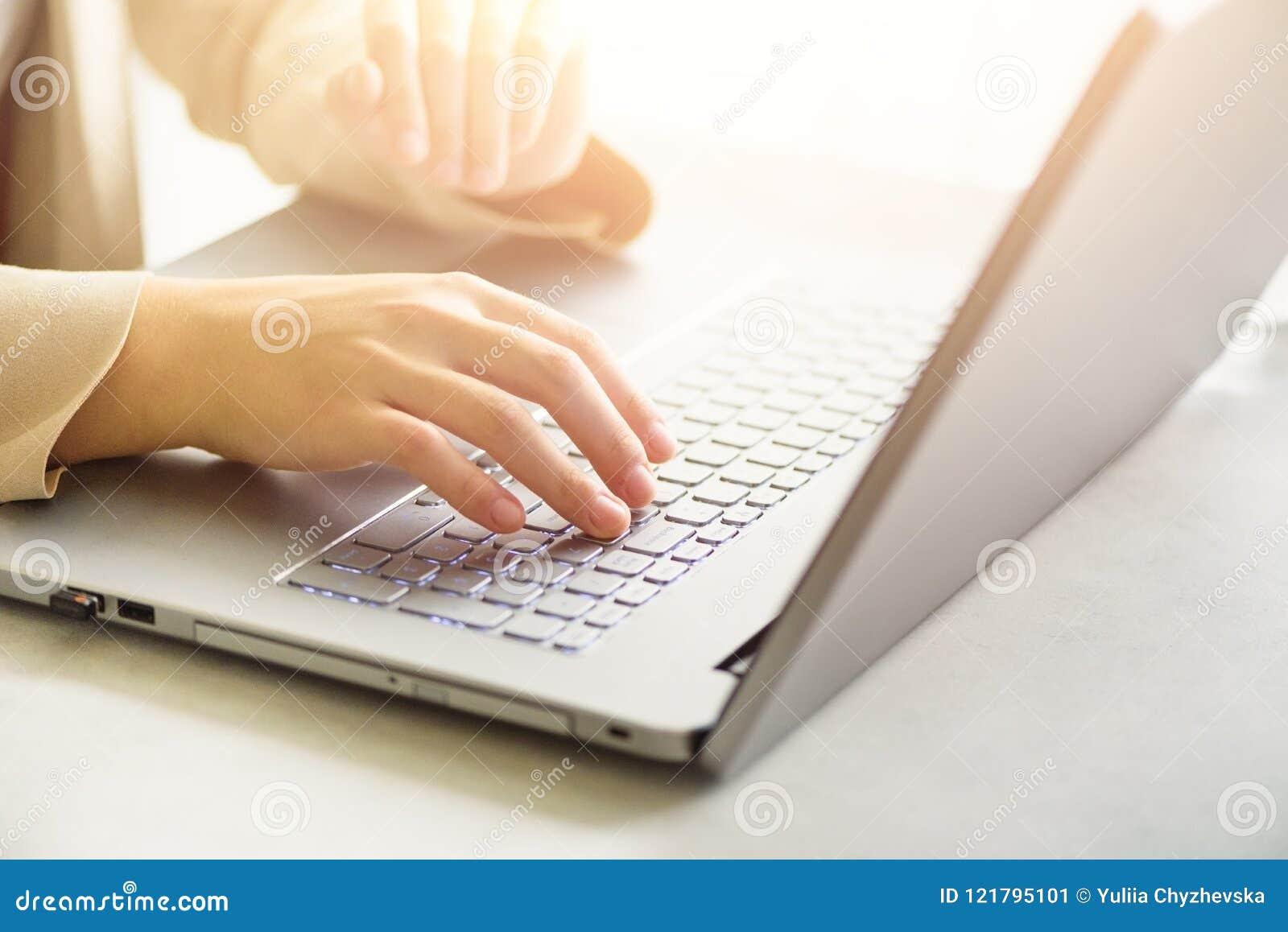 工作在计算机关闭的妇女  妇女递键入在膝上型计算机,网上购物细节键盘  事务,遥远