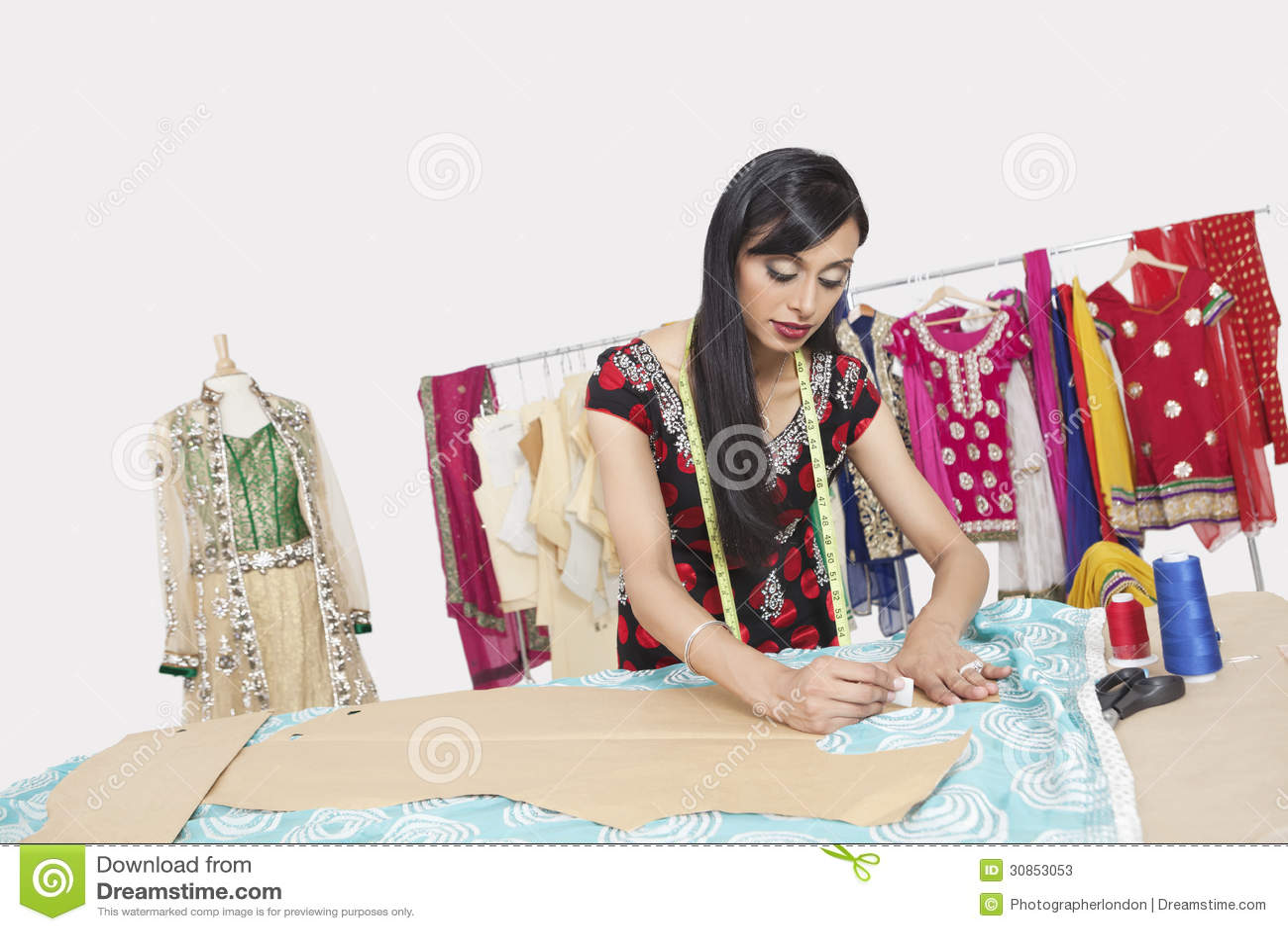 工作在设计演播室的印地安女性衣物设计师
