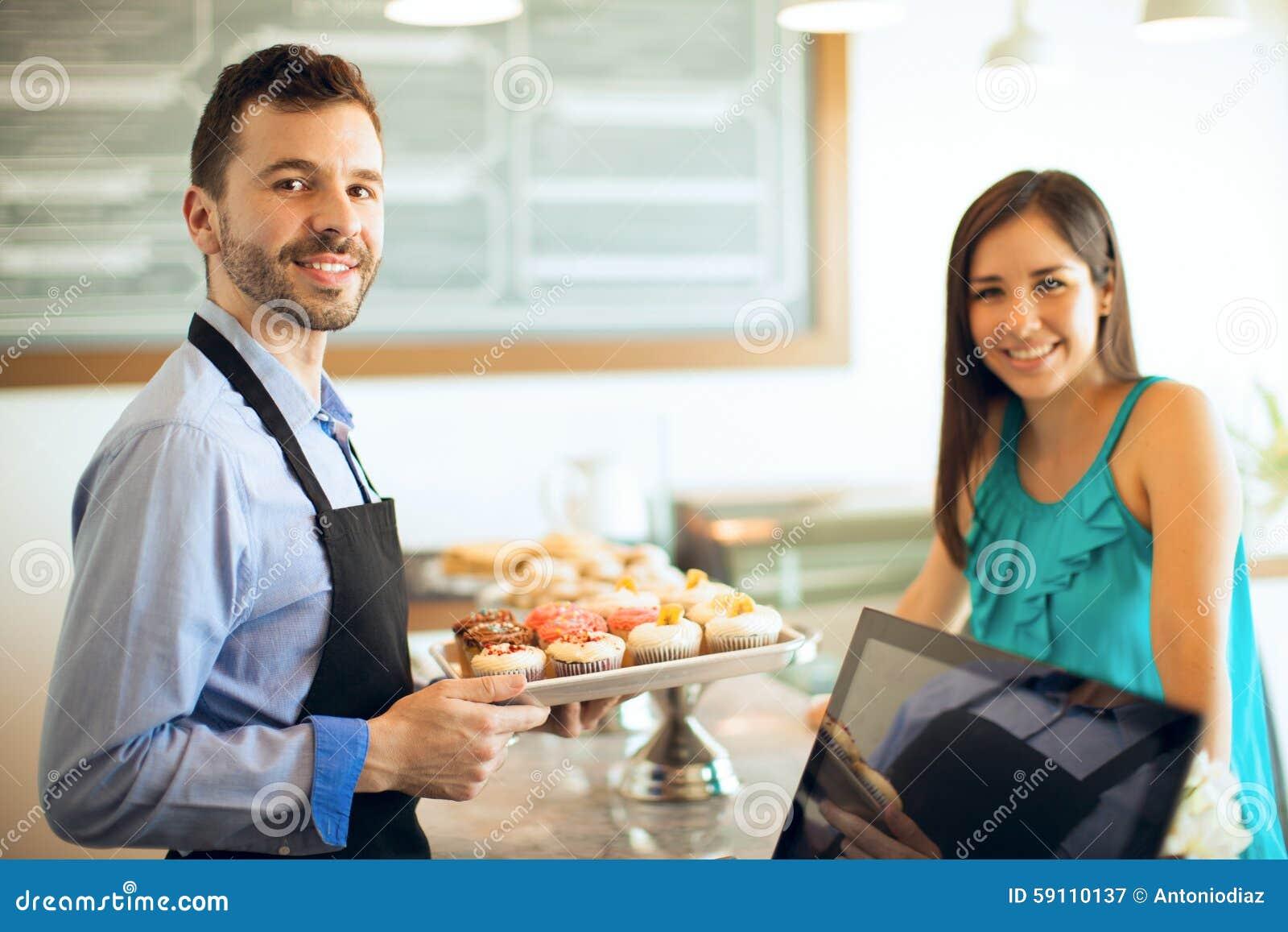 工作在面包店的年轻人