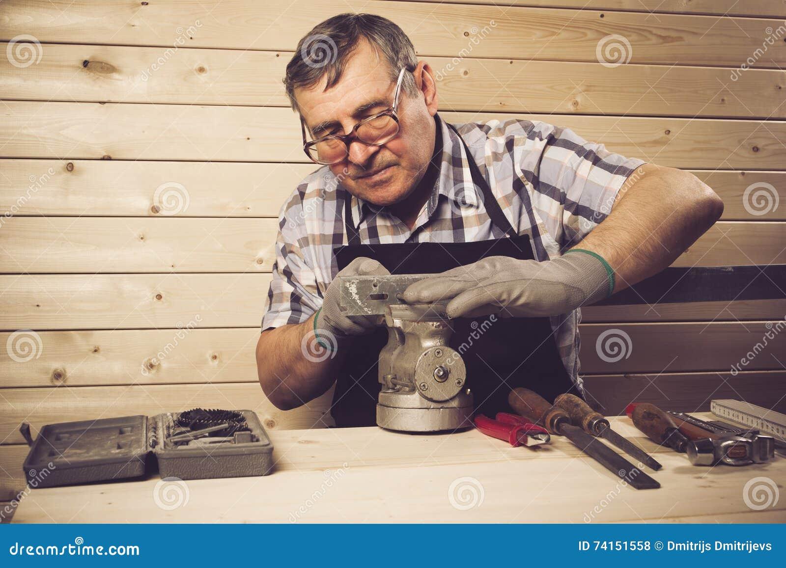 工作在他的车间的资深木匠