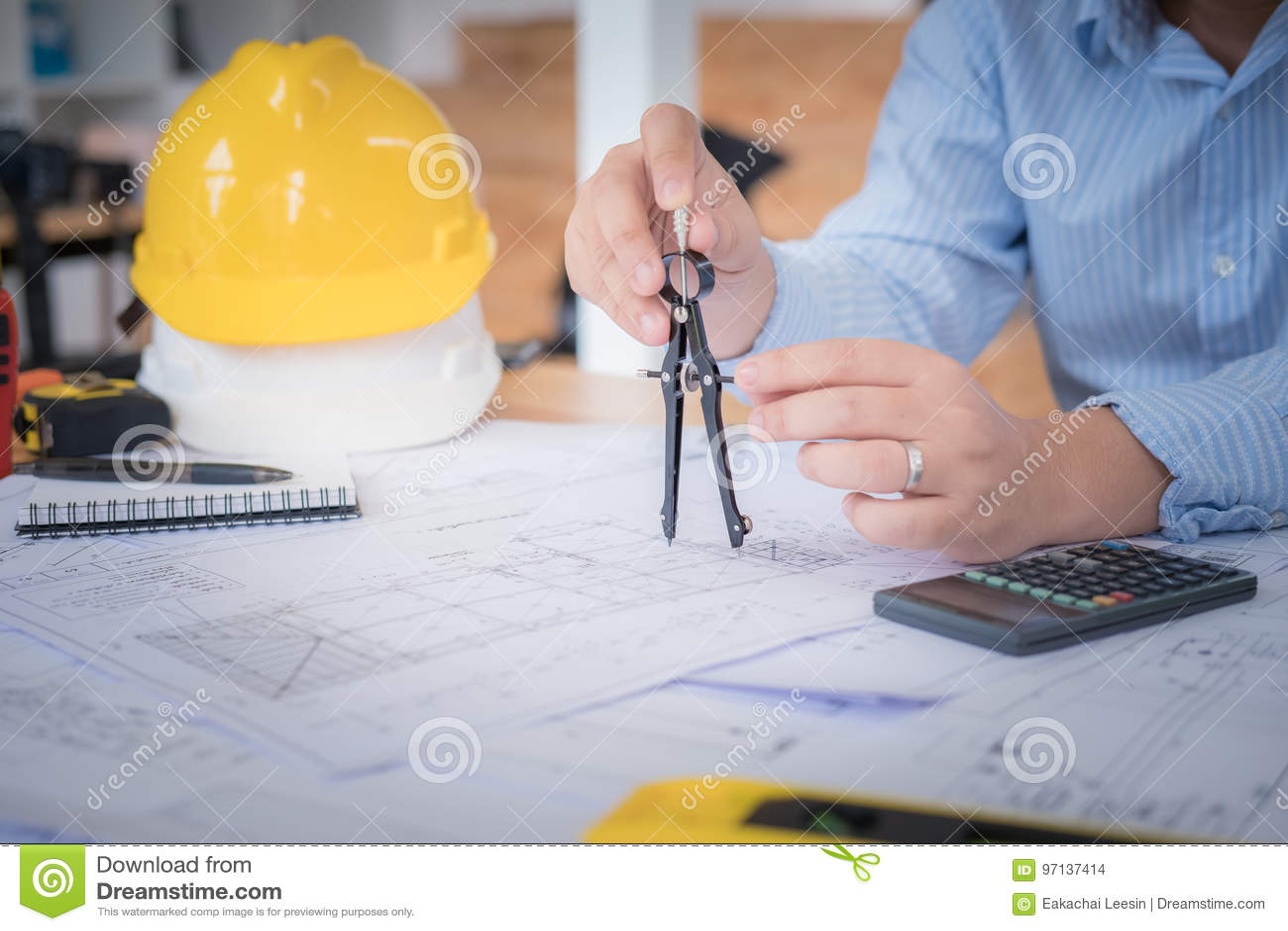 工作在建筑的图画的建筑师或计划者