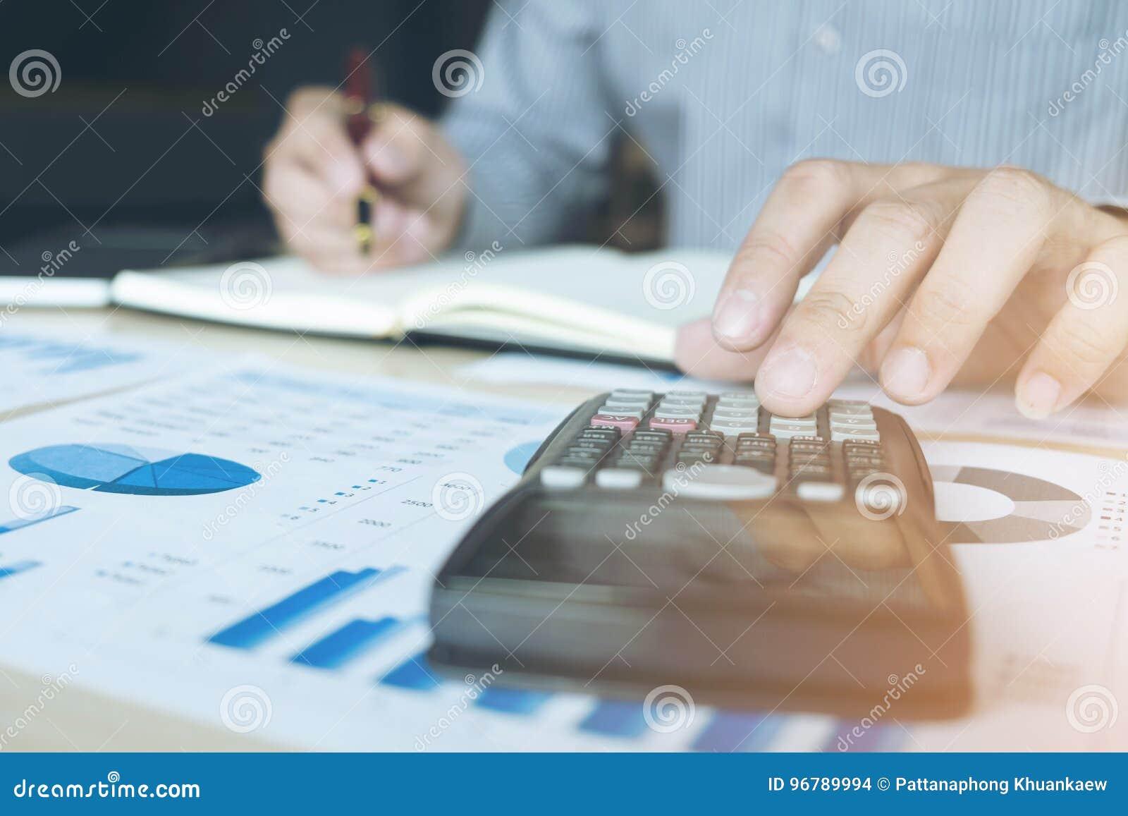 工作在calcu的商人或会计金融投资