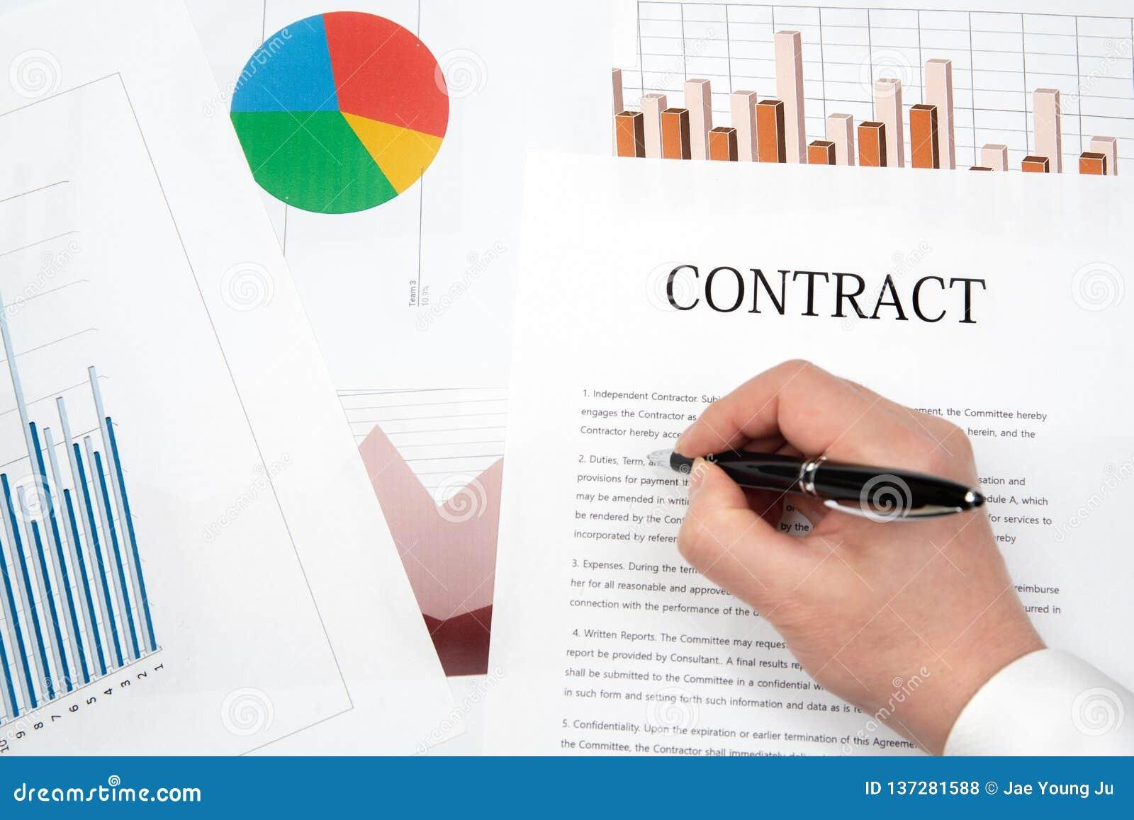 工作场所生意人 合同、图和图表在书桌上
