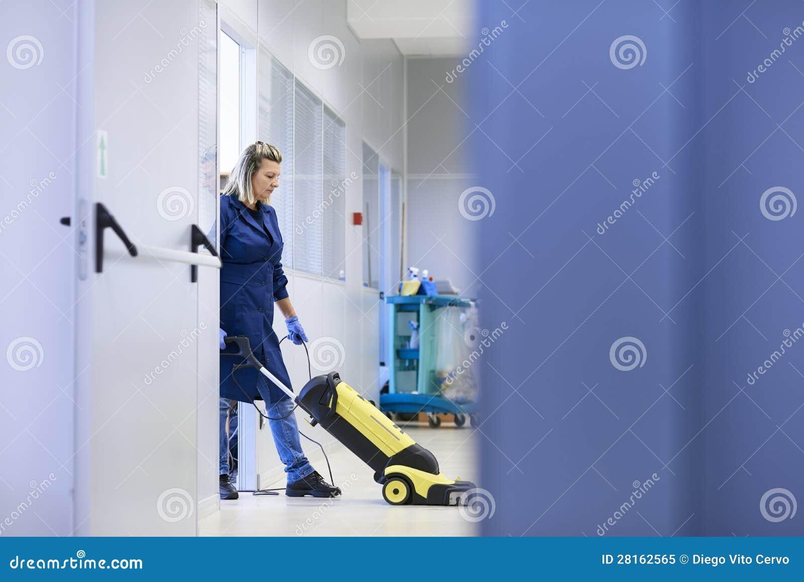 工作场所的,专业女性擦净剂洗涤的楼层妇女