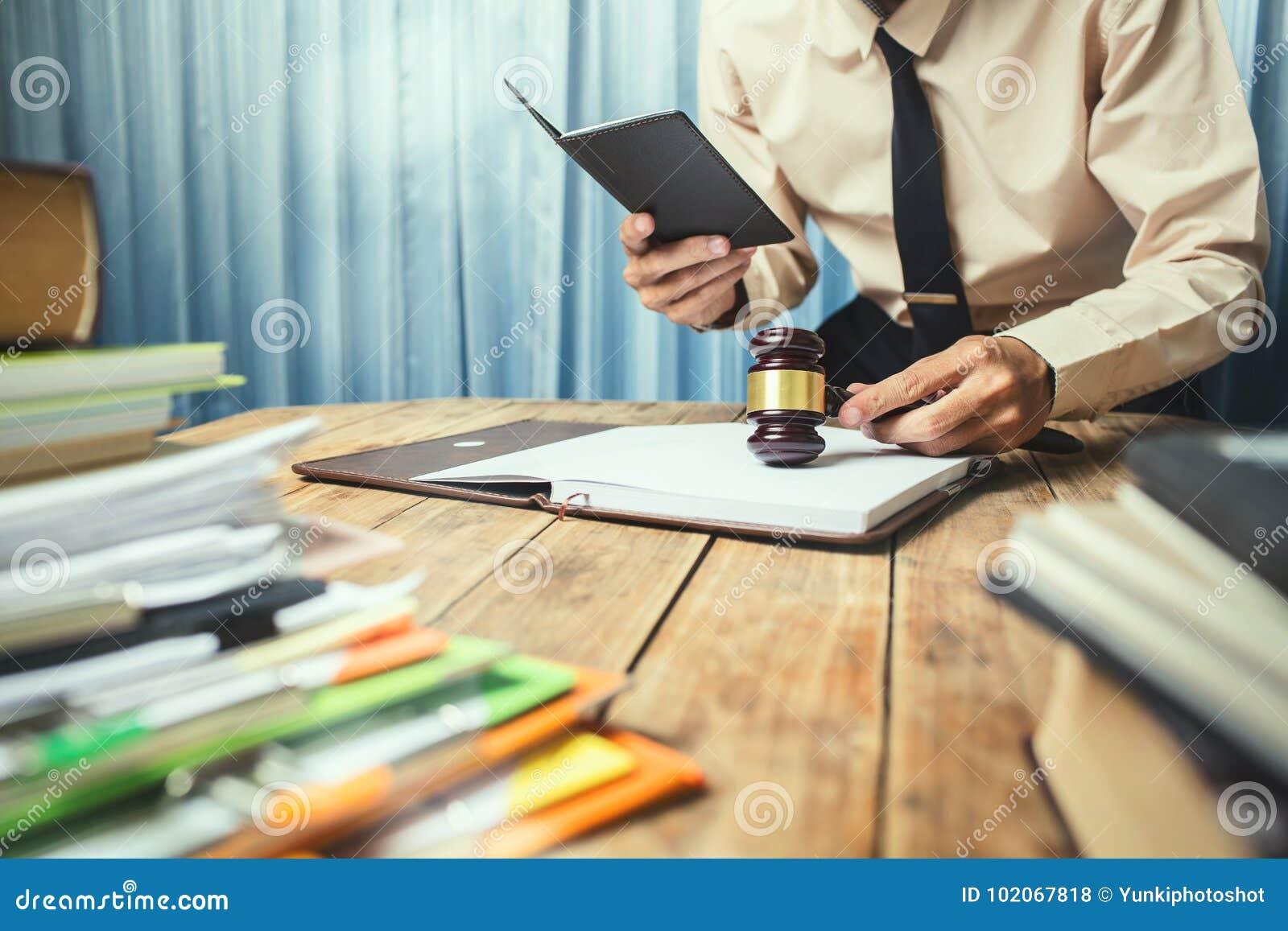 工作坚硬顶面帮助的年轻律师商人他的顾客机智