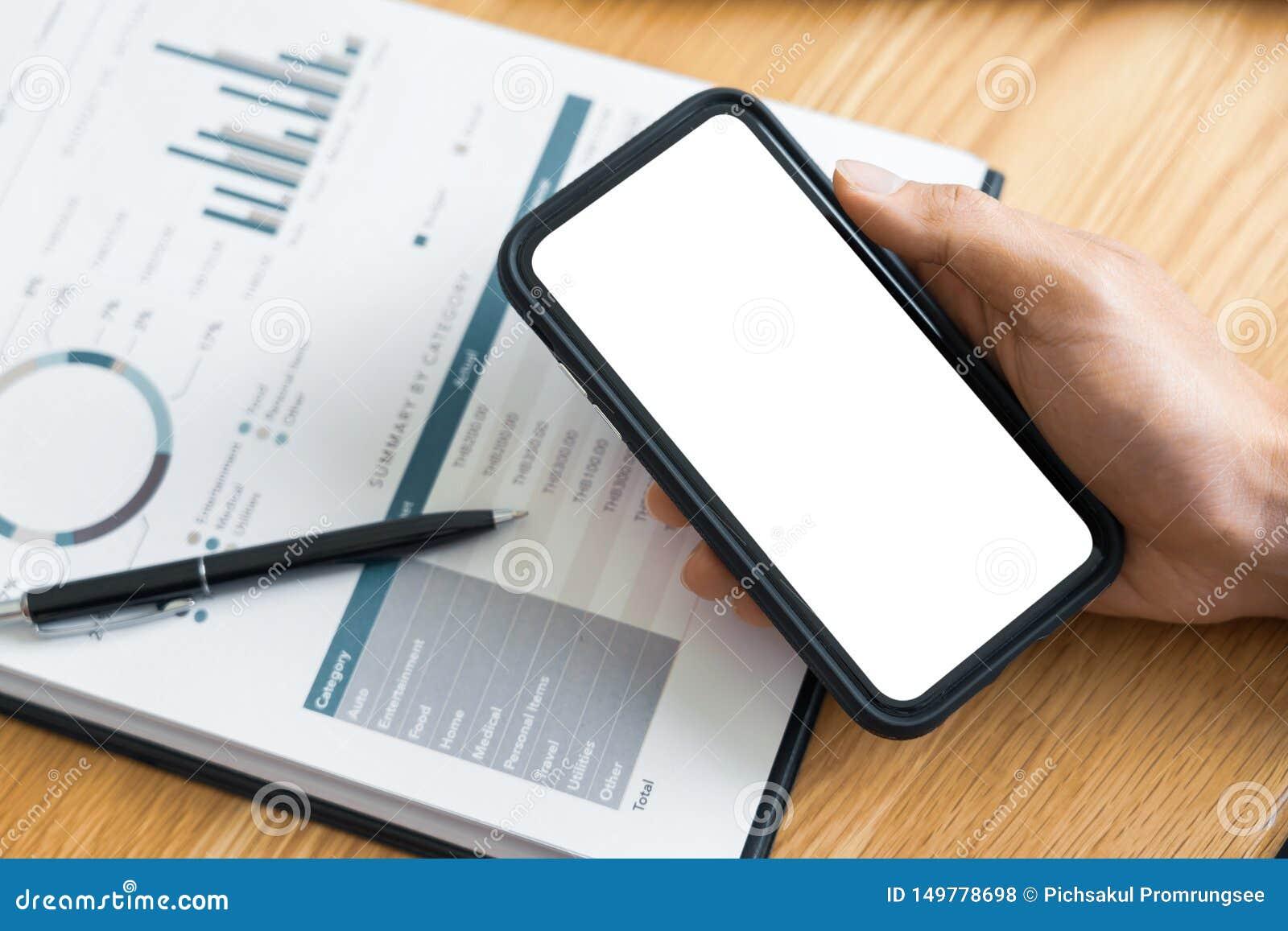 工作处理概念、商人使用手机文字在议程在家咨询在书桌上的或办公室
