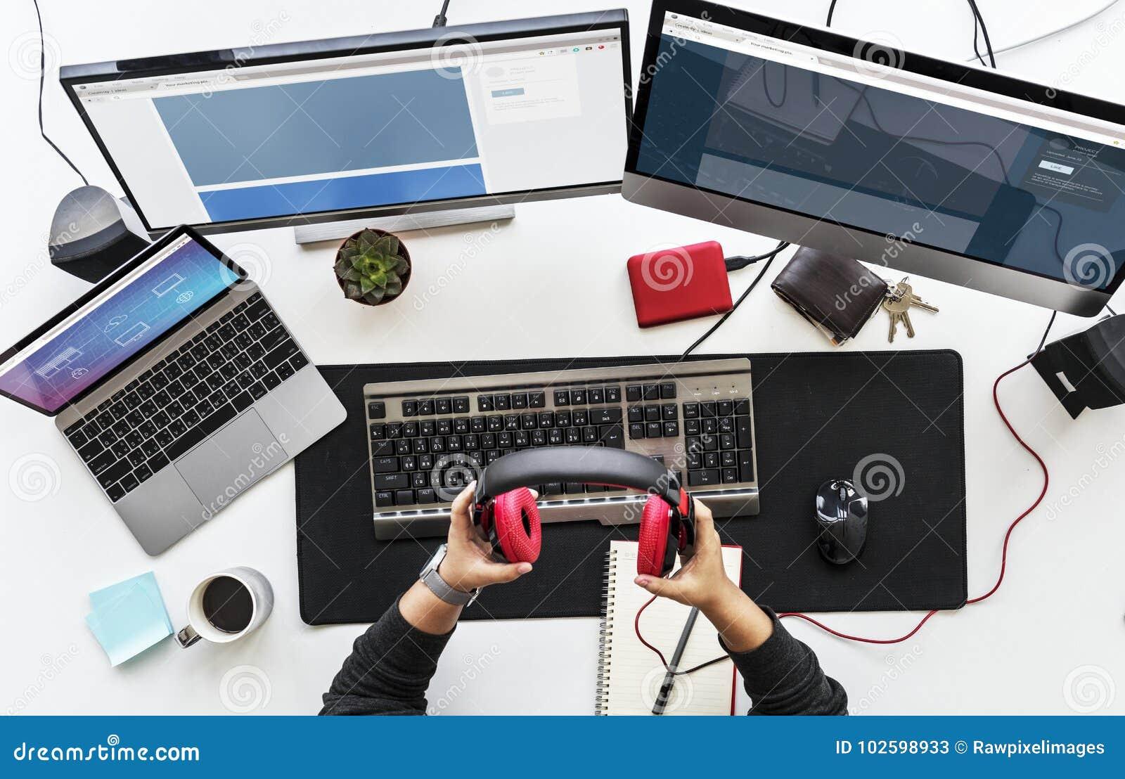 工作有多个屏幕和电子设备的书桌