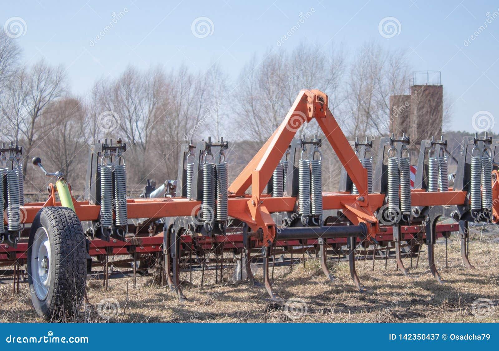 工作的耕地机在领域