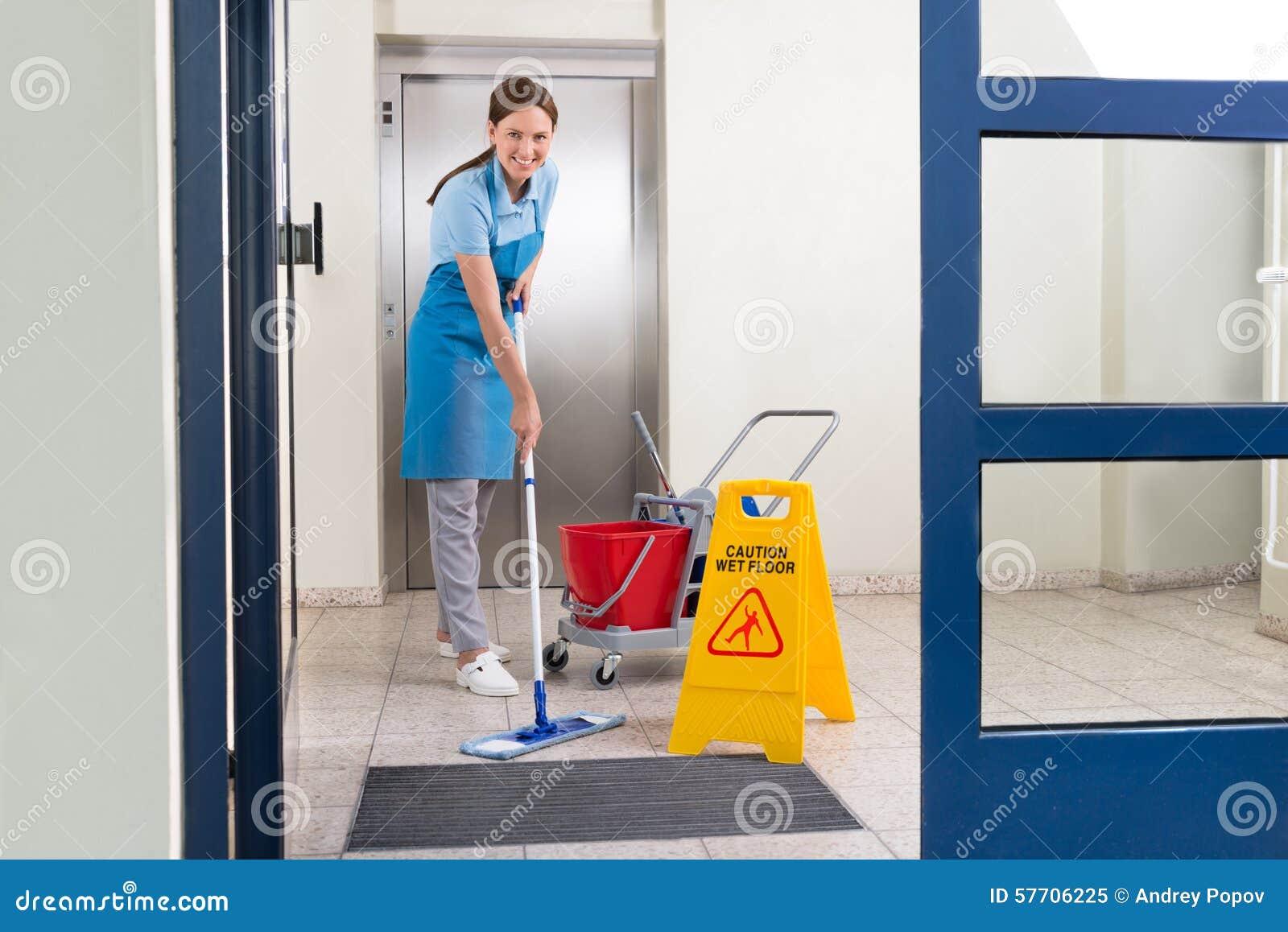 工作者与拖把的清洁地板