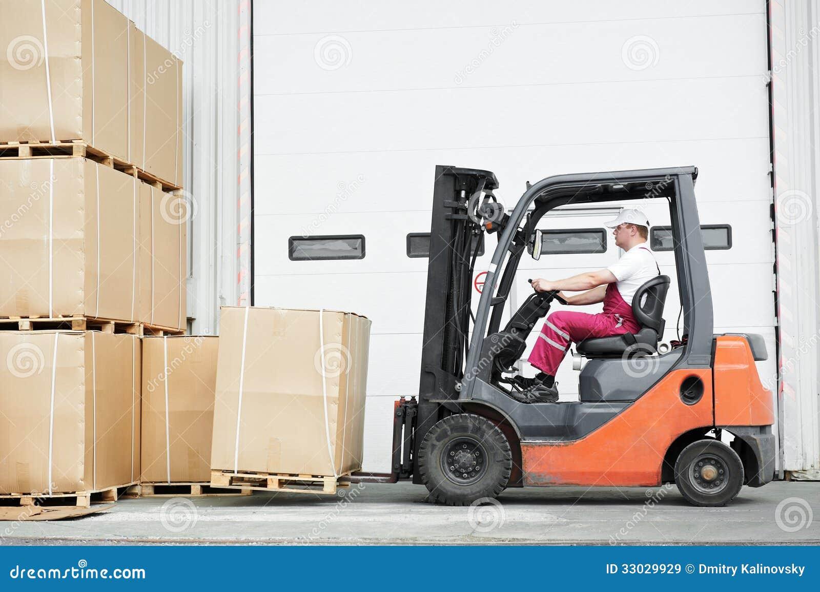 工作者司机在仓库铲车装载者工作
