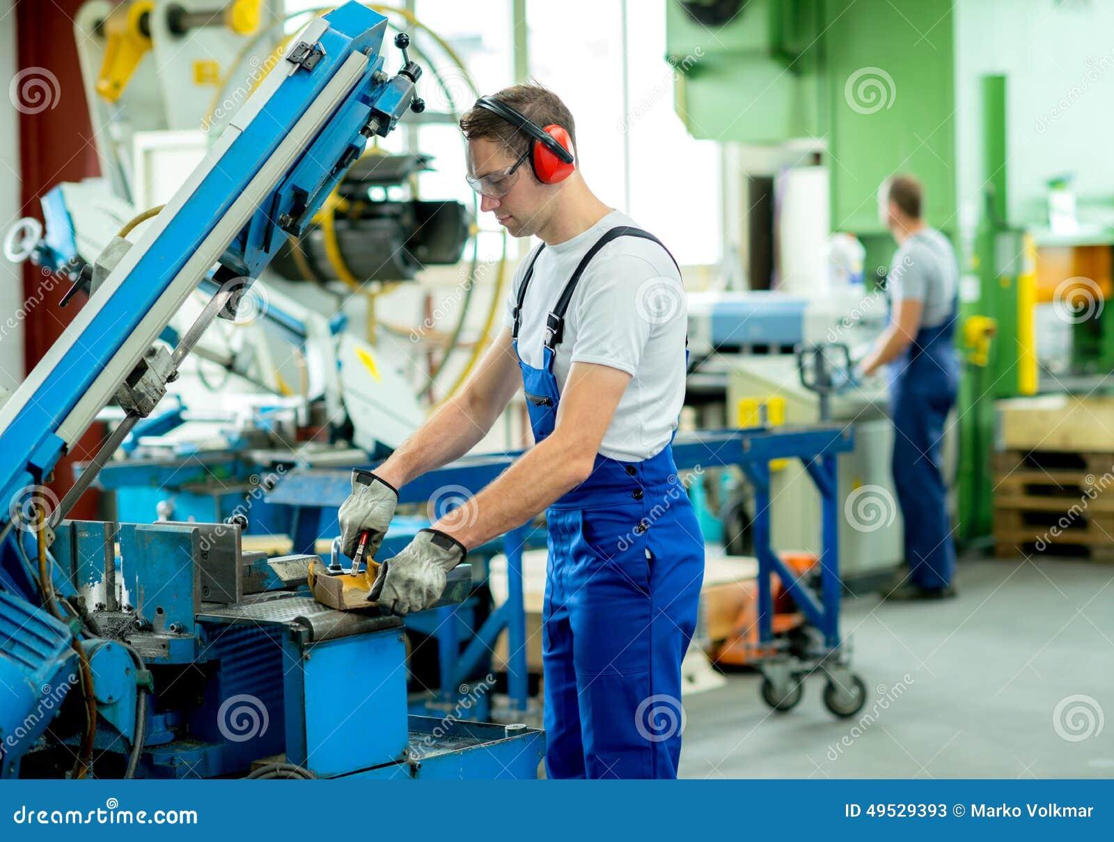 工作者在工厂