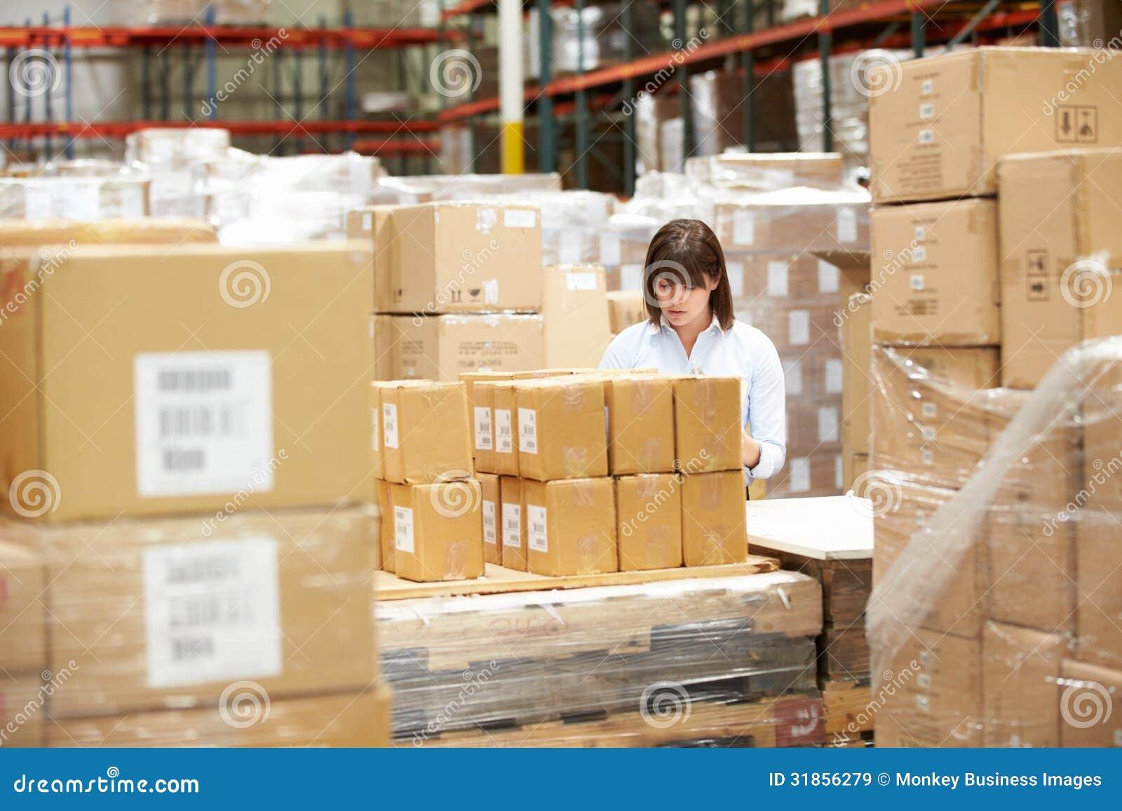工作者在仓库里物品为急件做准备