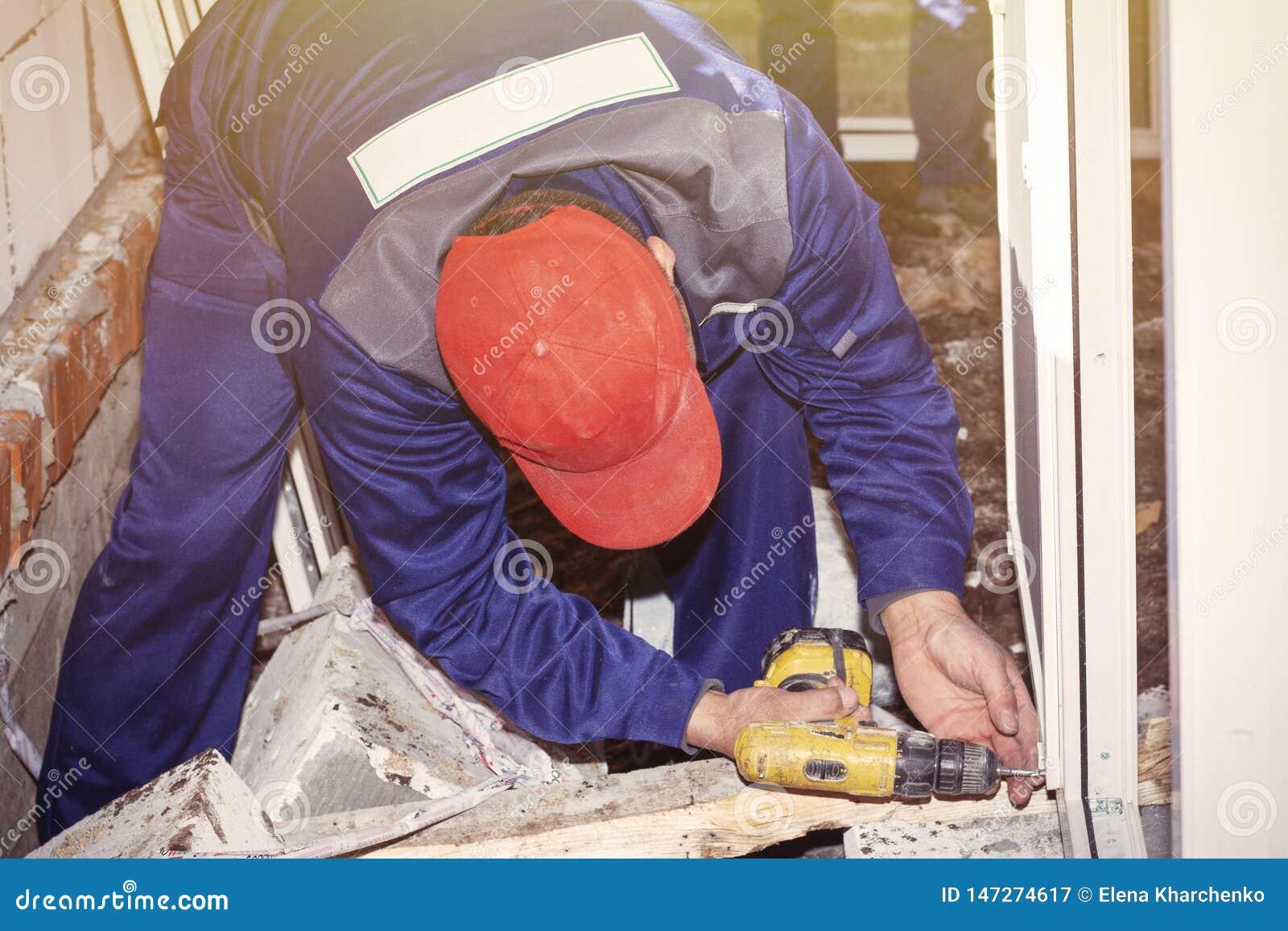 工作者安装塑料窗口住宅建设修理