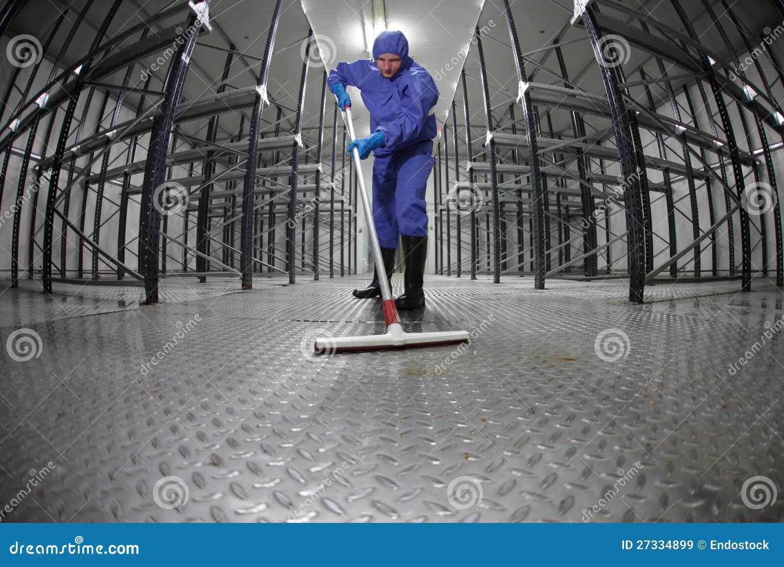 工作者统一清洁楼层在仓库