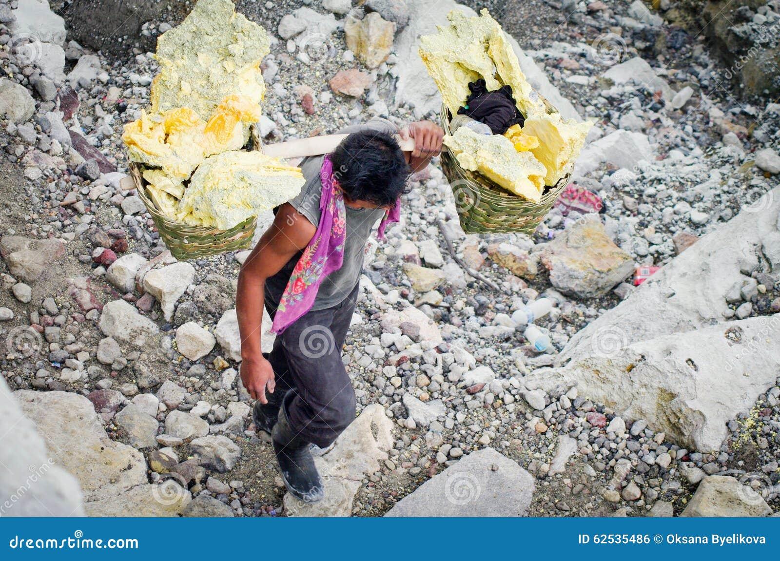 工作者运载在火山口伊真火山火山,印度尼西亚里面的硫磺