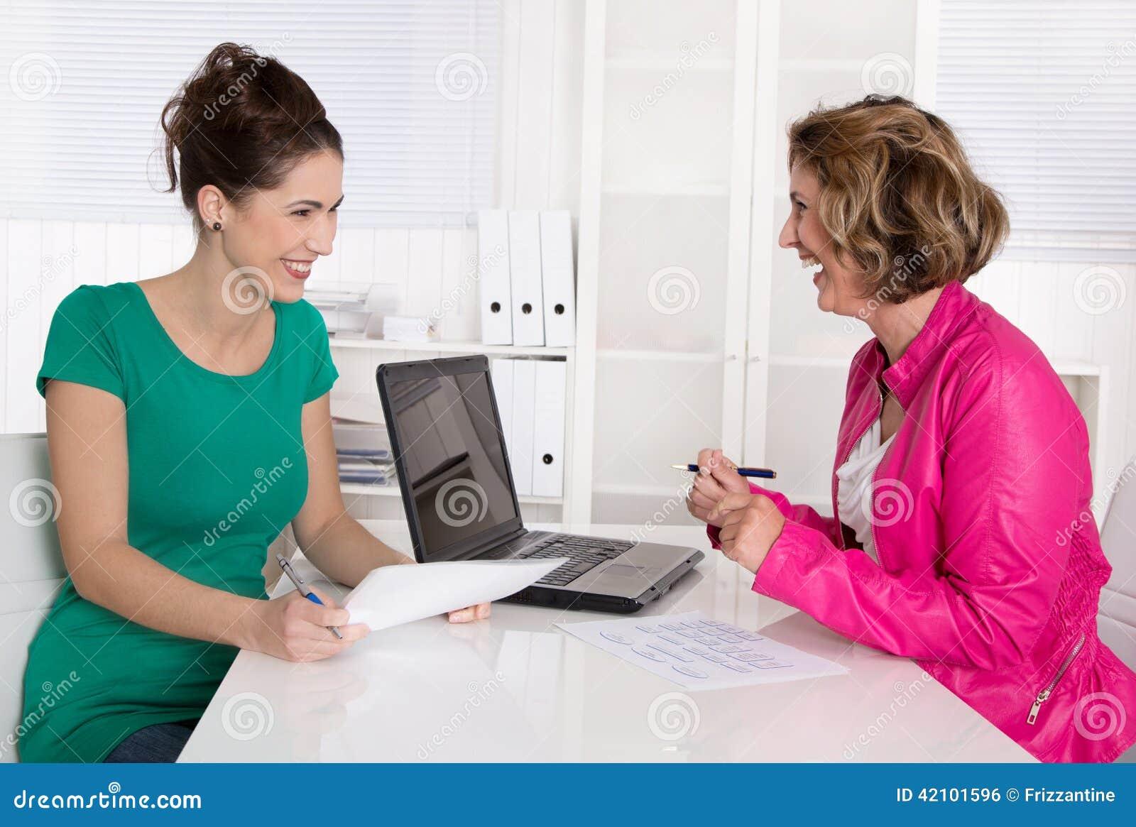 工作面试或业务会议在两妇女以下