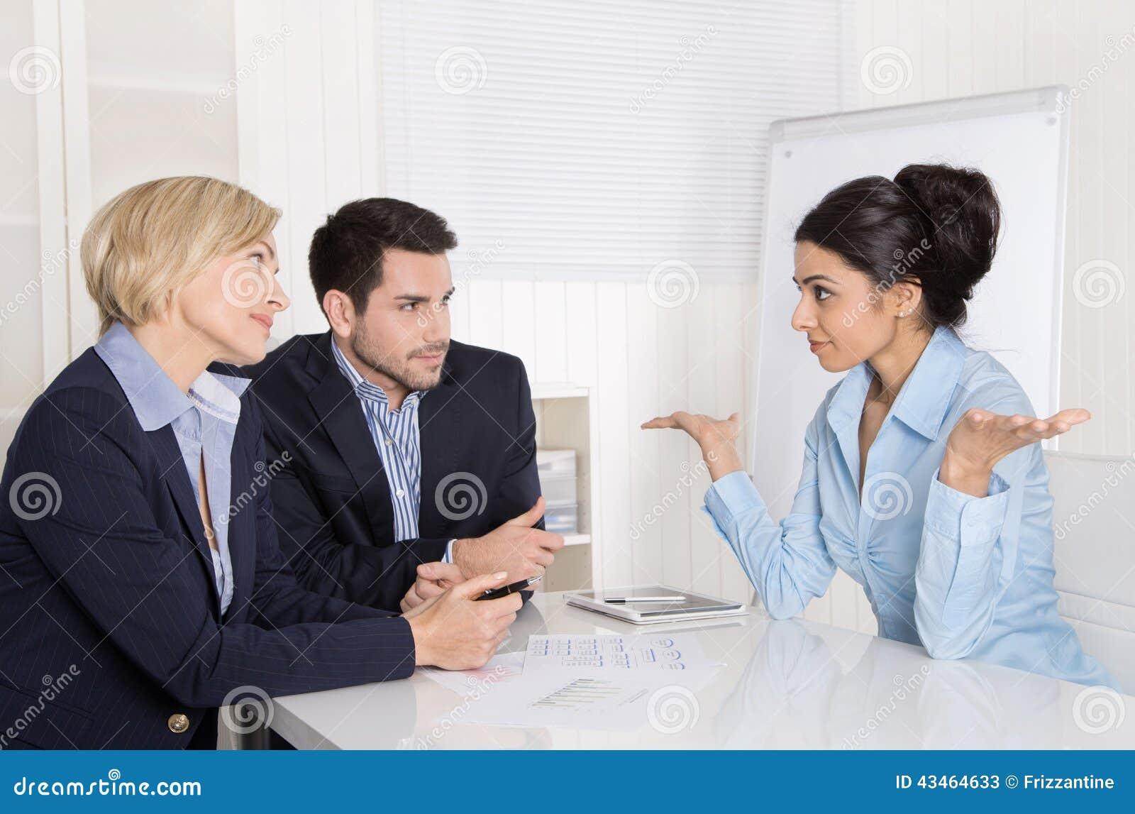 工作面试或业务会议:坐在的男人和妇女