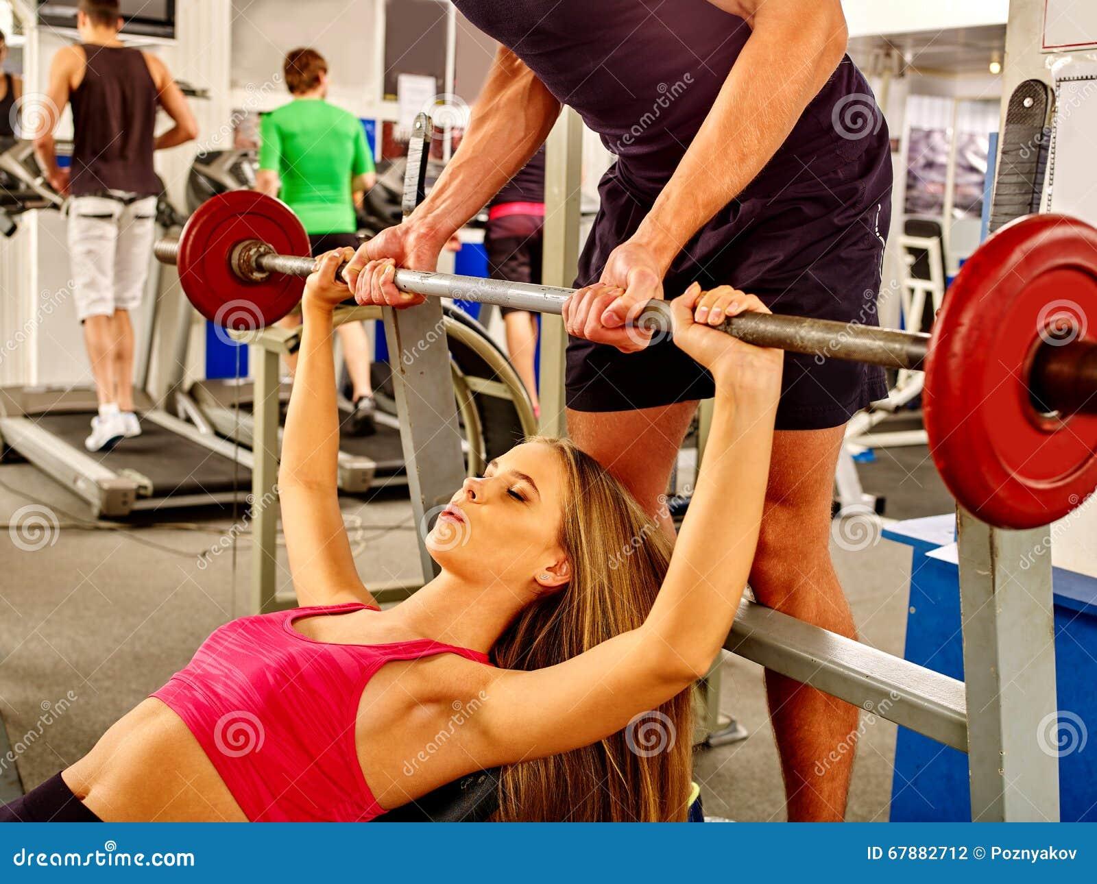 工作他的胳膊和胸口的妇女在健身房