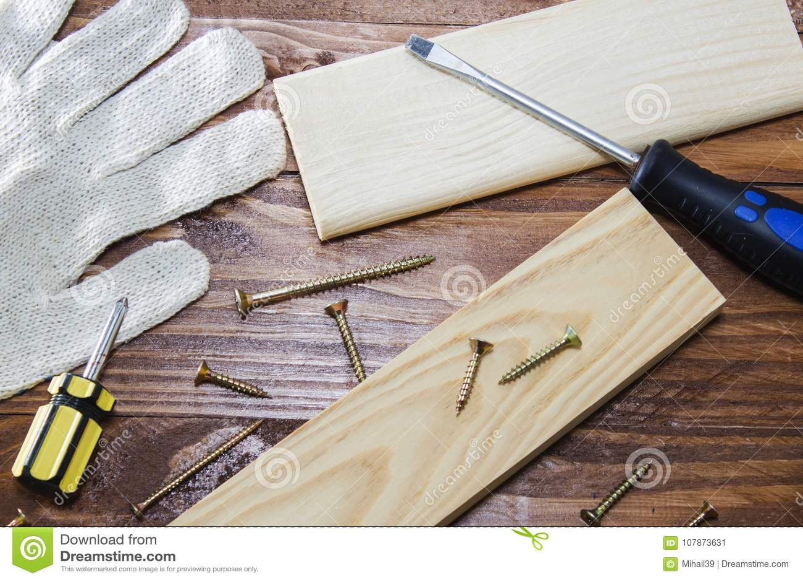 工具木匠统治者、凿子、铅笔、锯木屑和削片