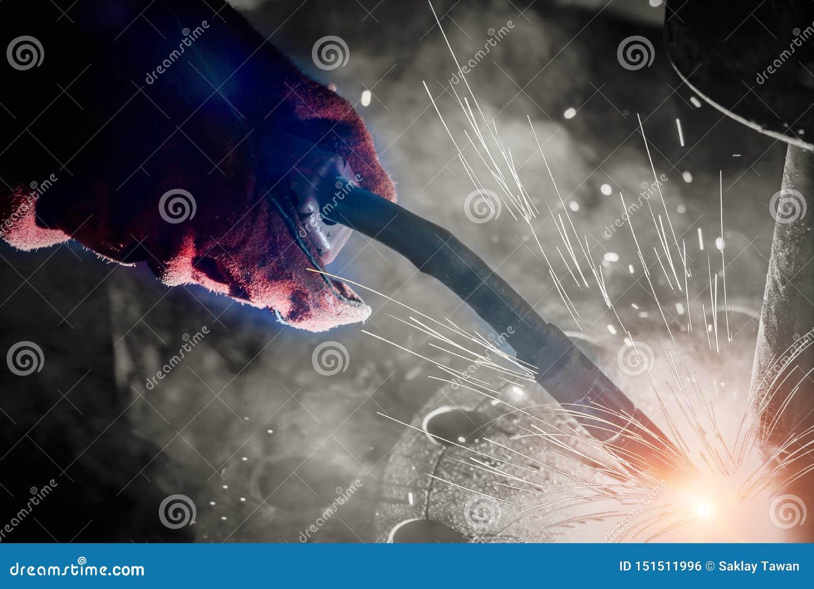工厂焊接特写镜头的产业工人