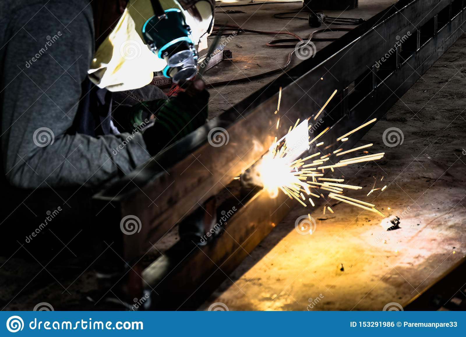 工厂焊接的特写镜头的产业工人 研在钢结构的电轮子在工厂