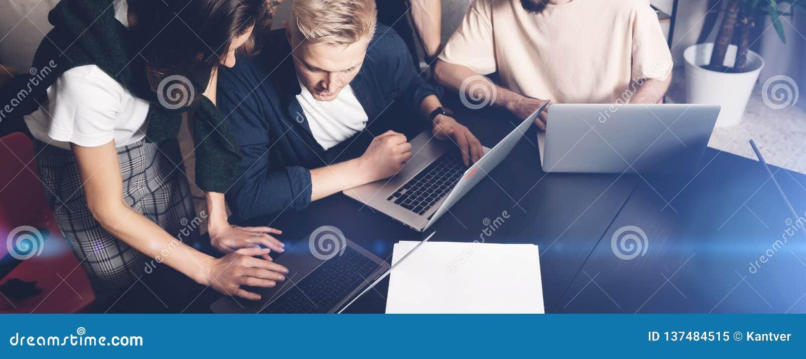 工友合作在工作 小组在创造性的办公室的时髦便衣的年轻商人 宽