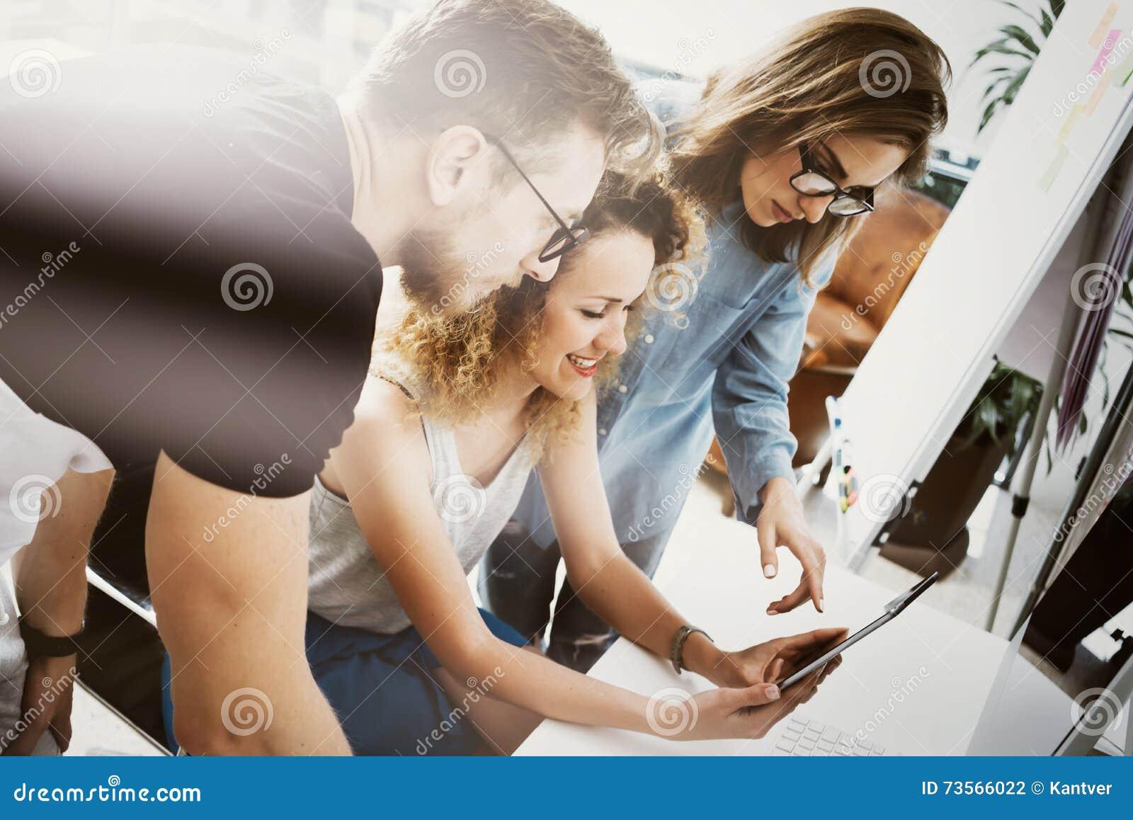 工友队工作现代办公室地方 显示新的企业想法起动介绍的帐户经理 妇女接触