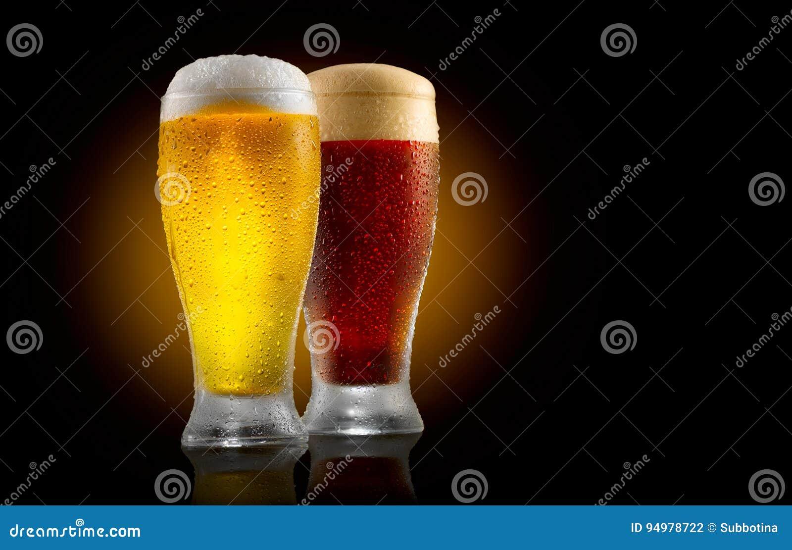 工艺啤酒 在黑色隔绝的两杯冷光和黑啤酒