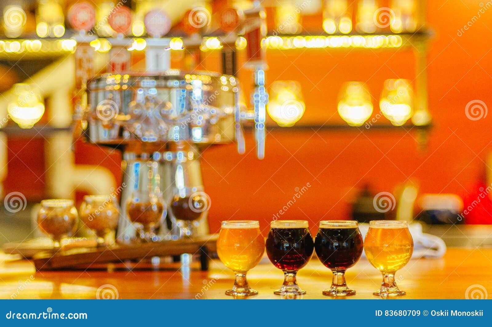 工艺在酒吧的啤酒飞行