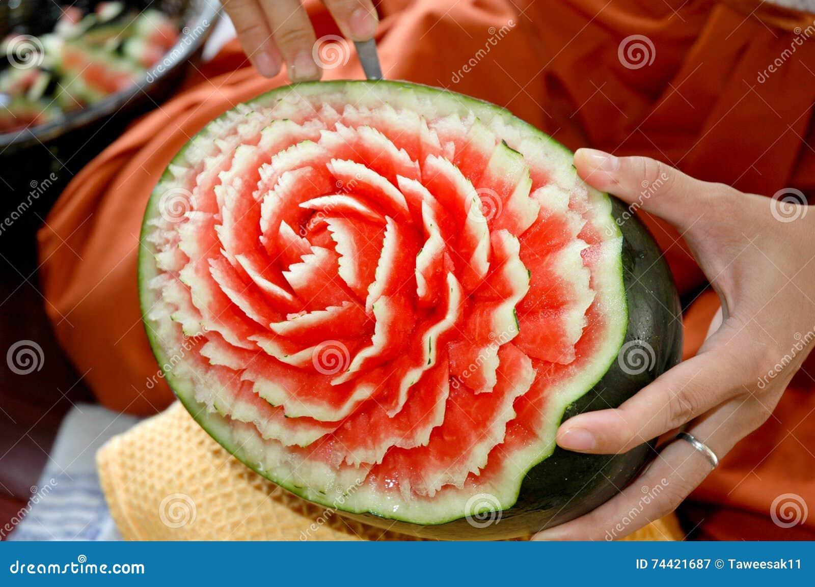 工艺雕刻了西瓜用手和刻刀