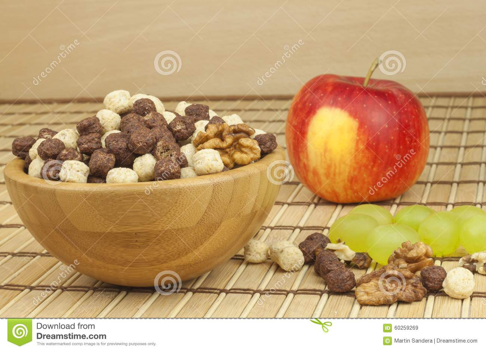巧克力在一个碗的谷物球竹子 健康早餐用果子和牛奶 充分饮食能量和纤维运动员的