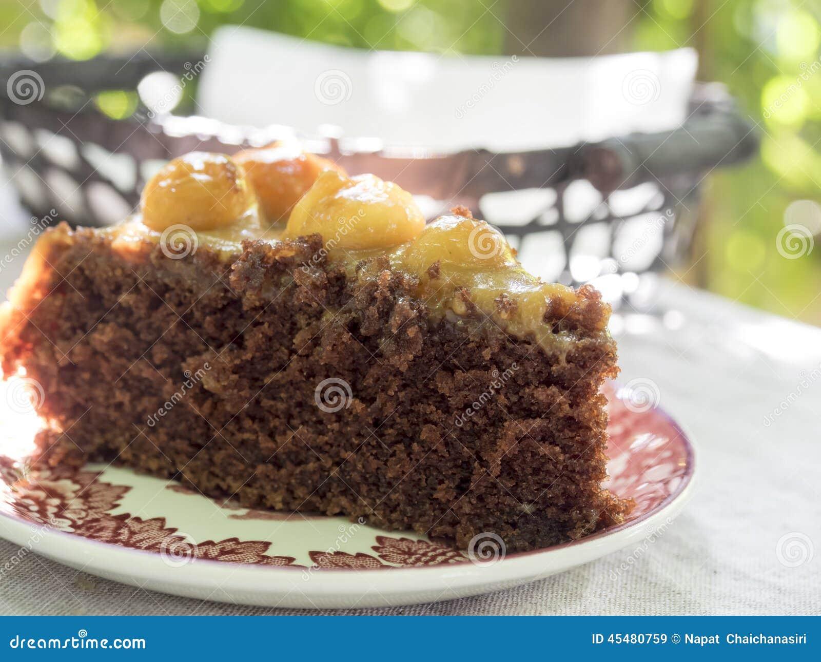 巧克力在桃红色板材的马卡达姆坚果蛋糕片断