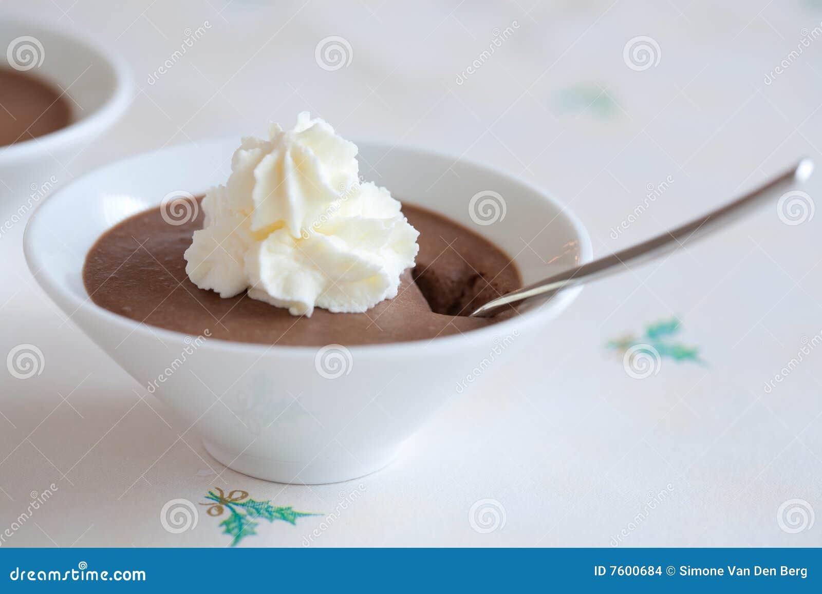 巧克力奶油色奶油甜点鞭打了