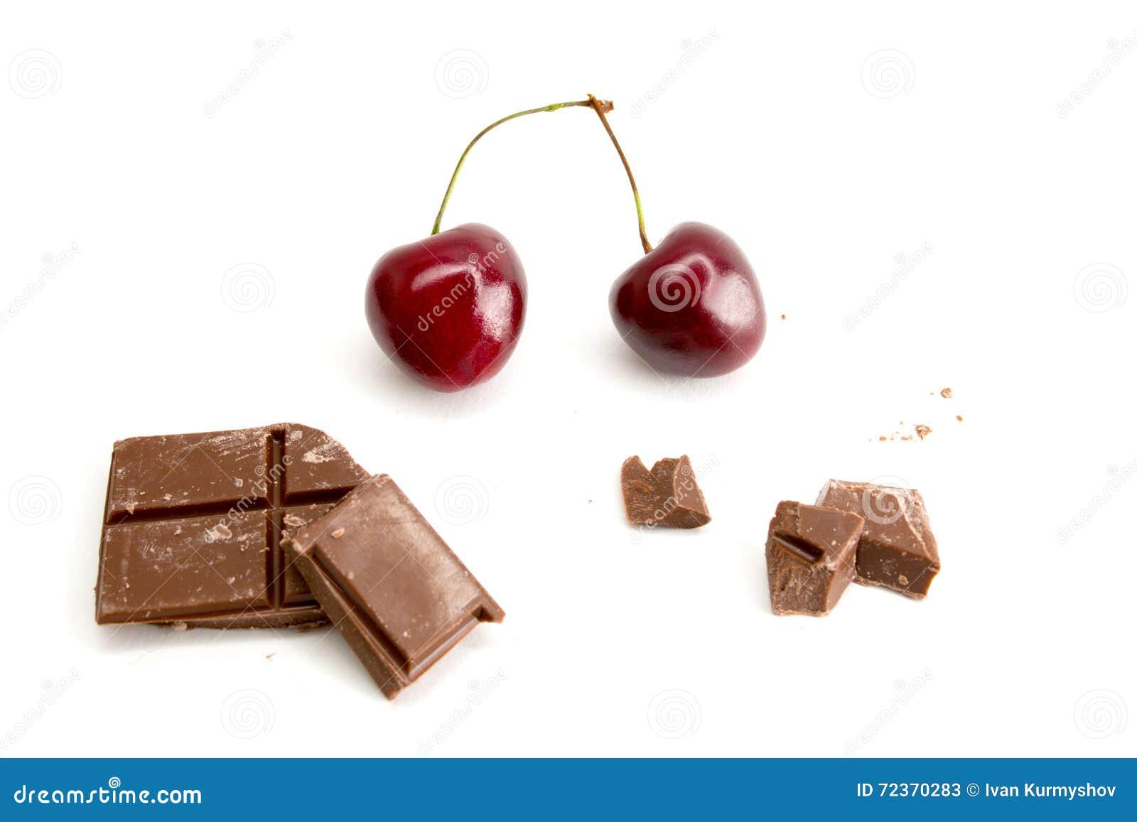 巧克力片断用在白色背景隔绝的樱桃