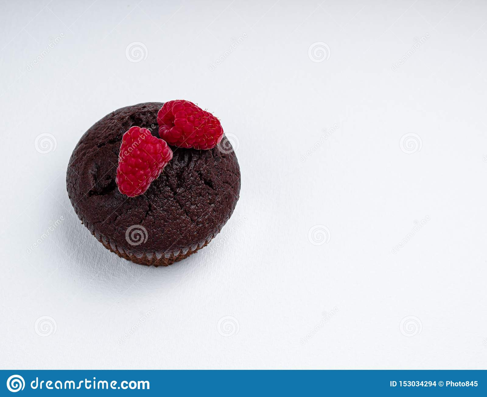 巧克力碎片松饼用莓两个莓果