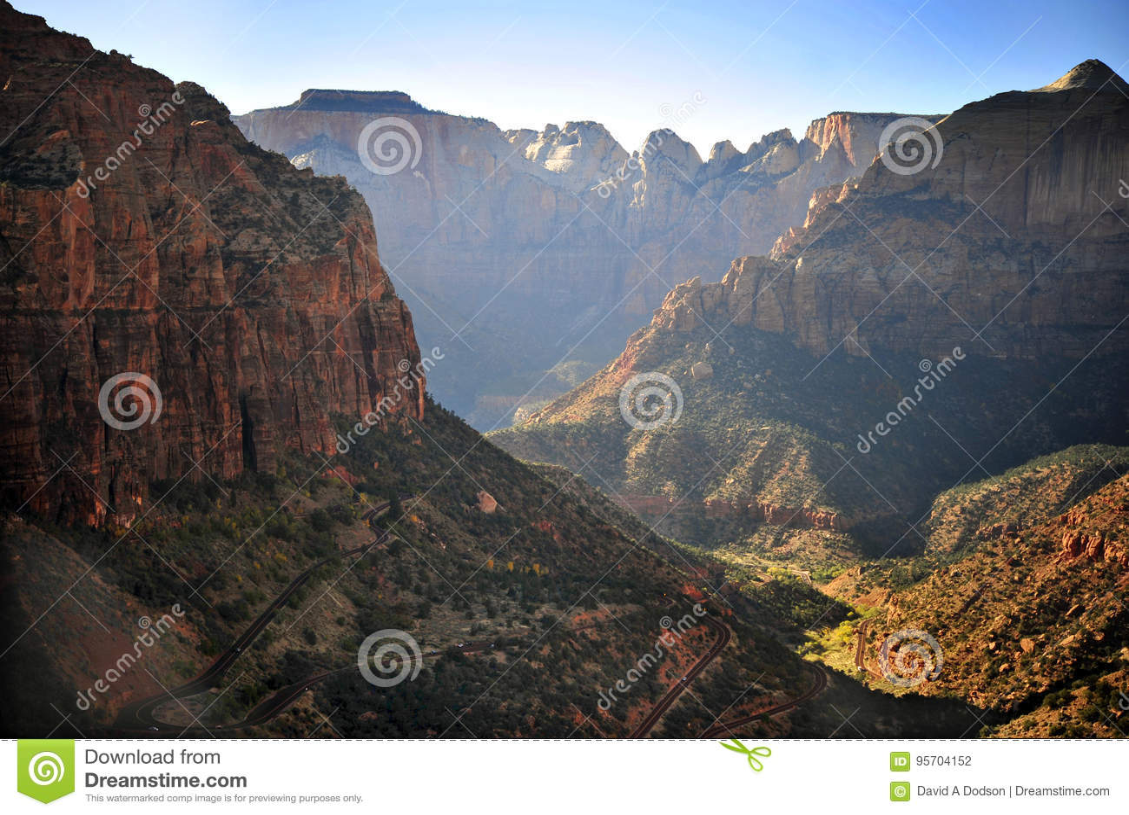 巨型的山和绕高速公路在锡安国家公园
