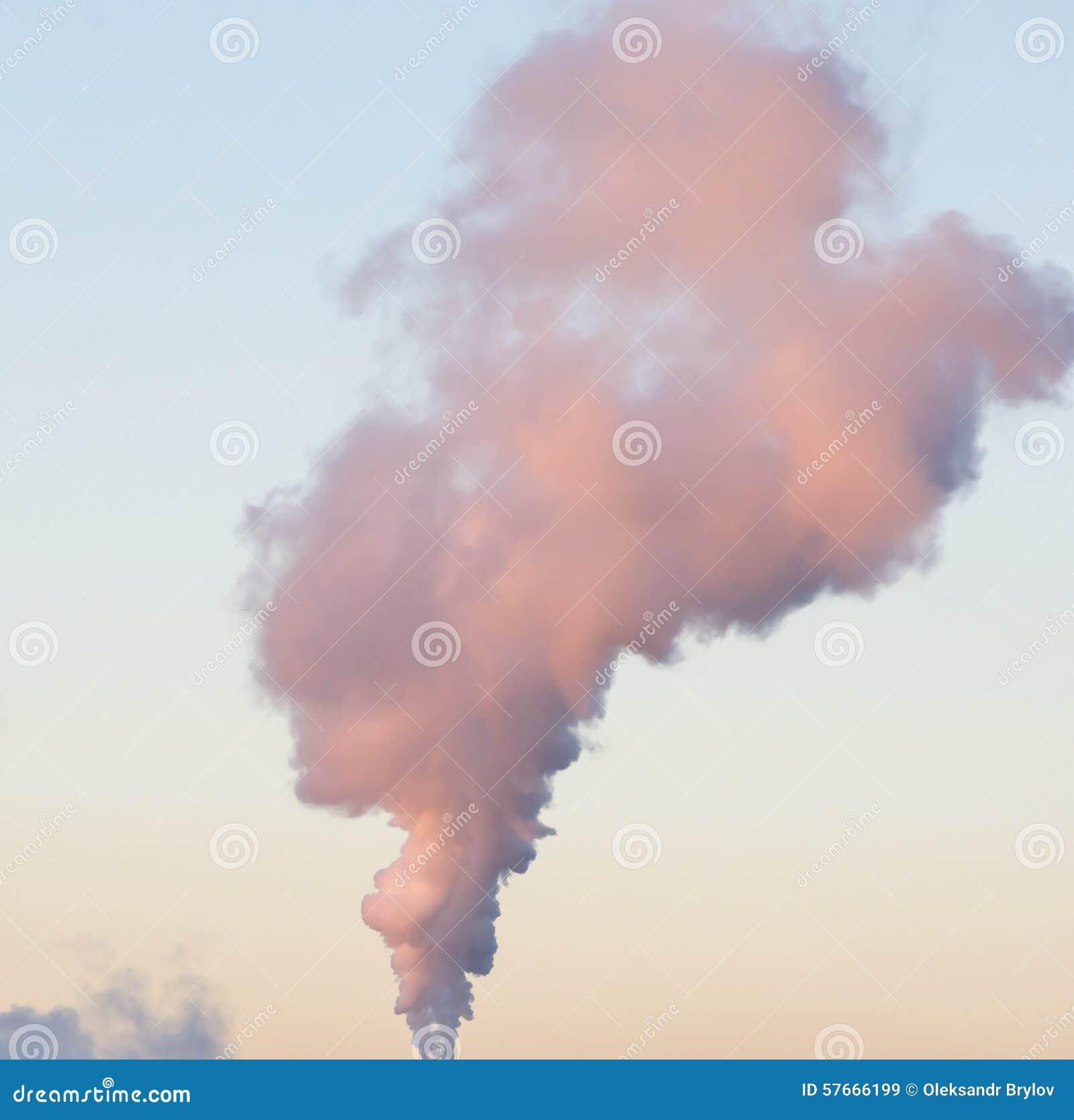 巨型的烟柱在天空的
