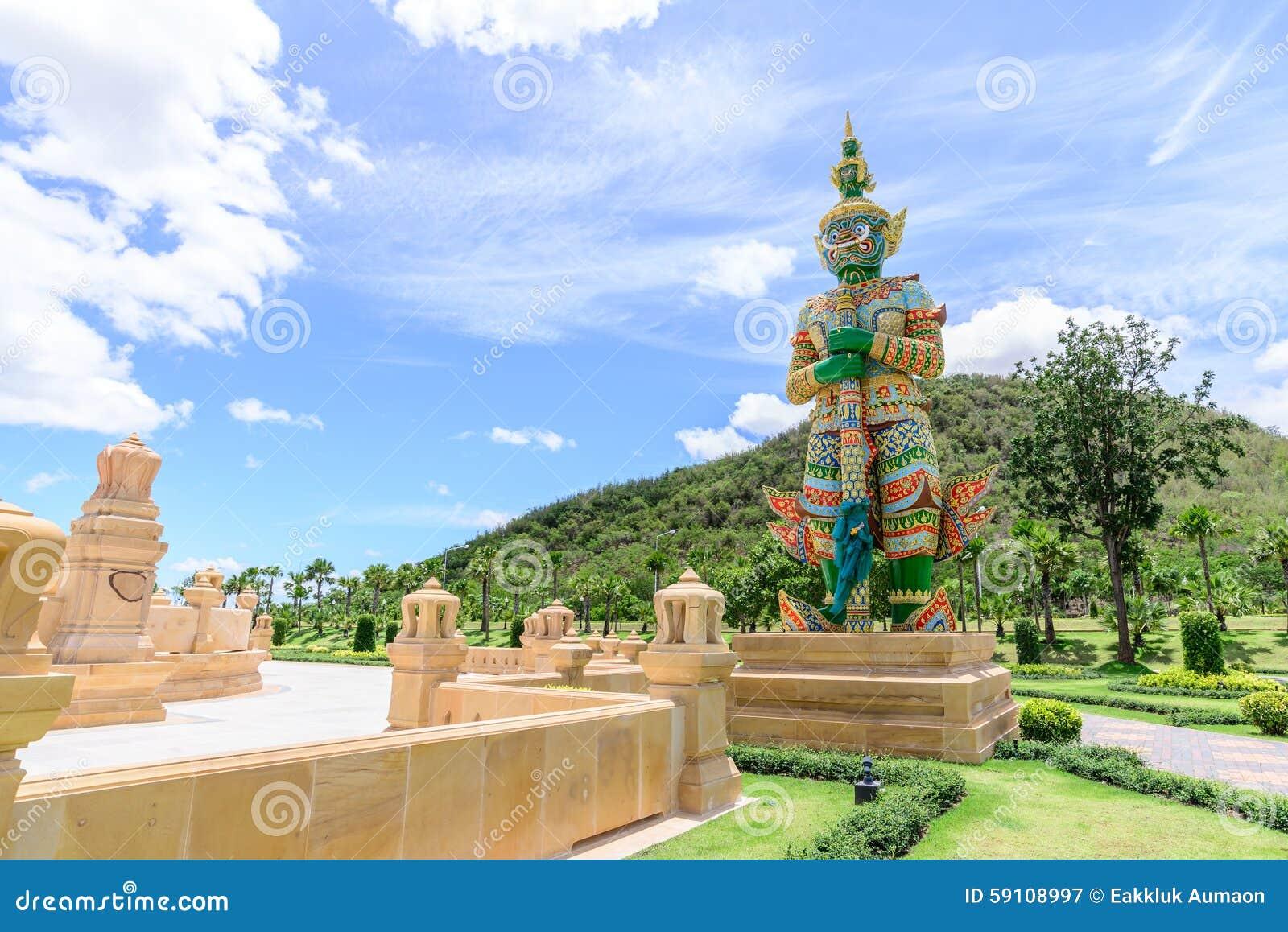 巨型监护人古老雕象公园的有山背景